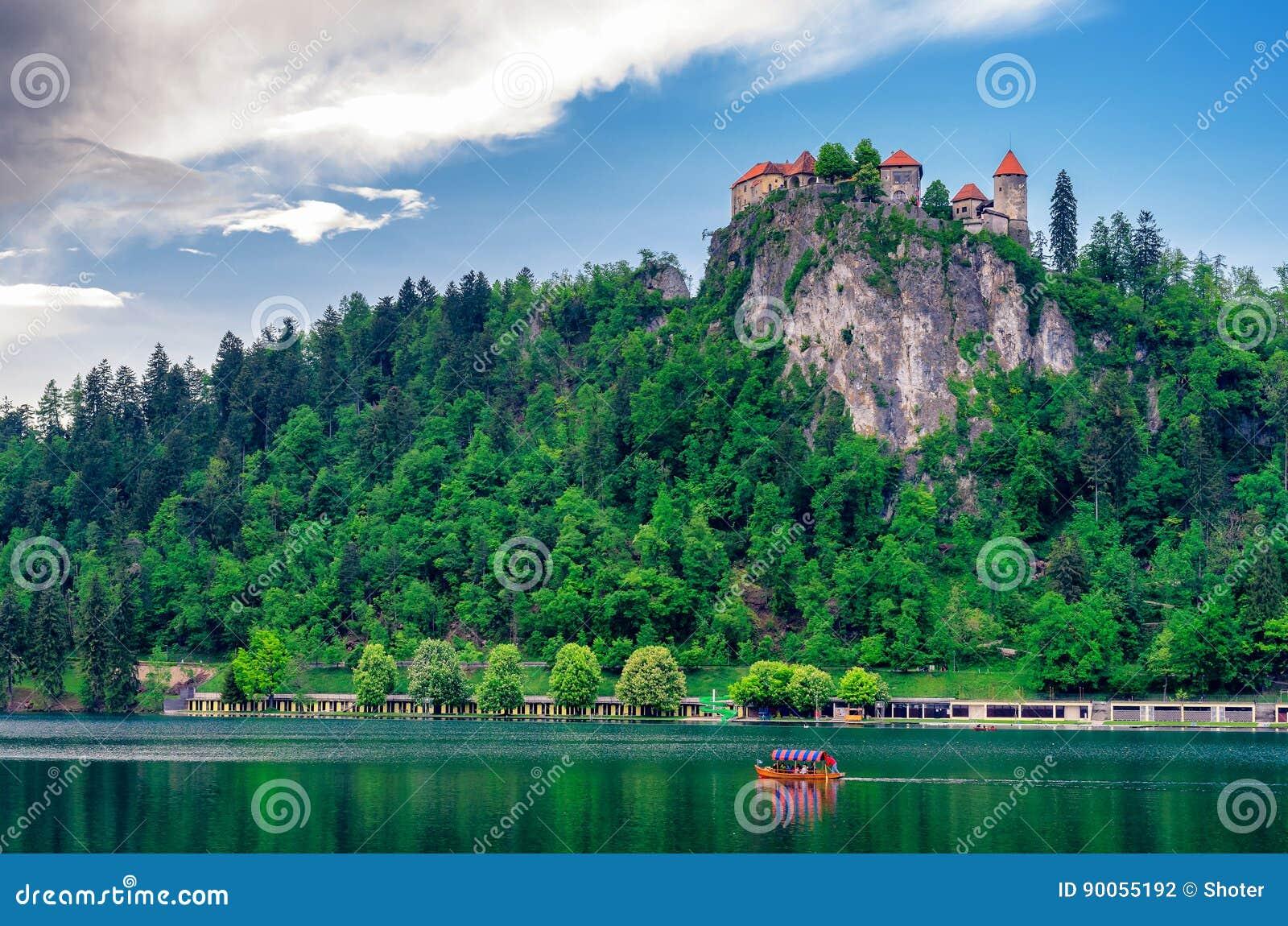 Озеро кровоточенное с замком в Словении