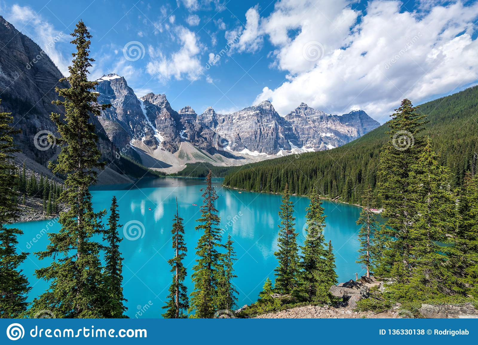 Озеро морен в национальном парке Banff, канадских скалистых горах, Альберте, Канаде