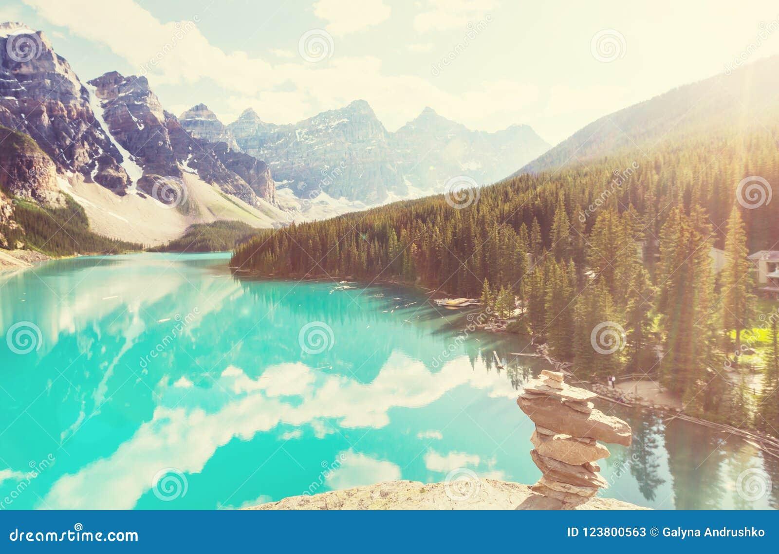 озеро alberta banff Канады обнаружило местонахождение парк морены louise национальный близкий