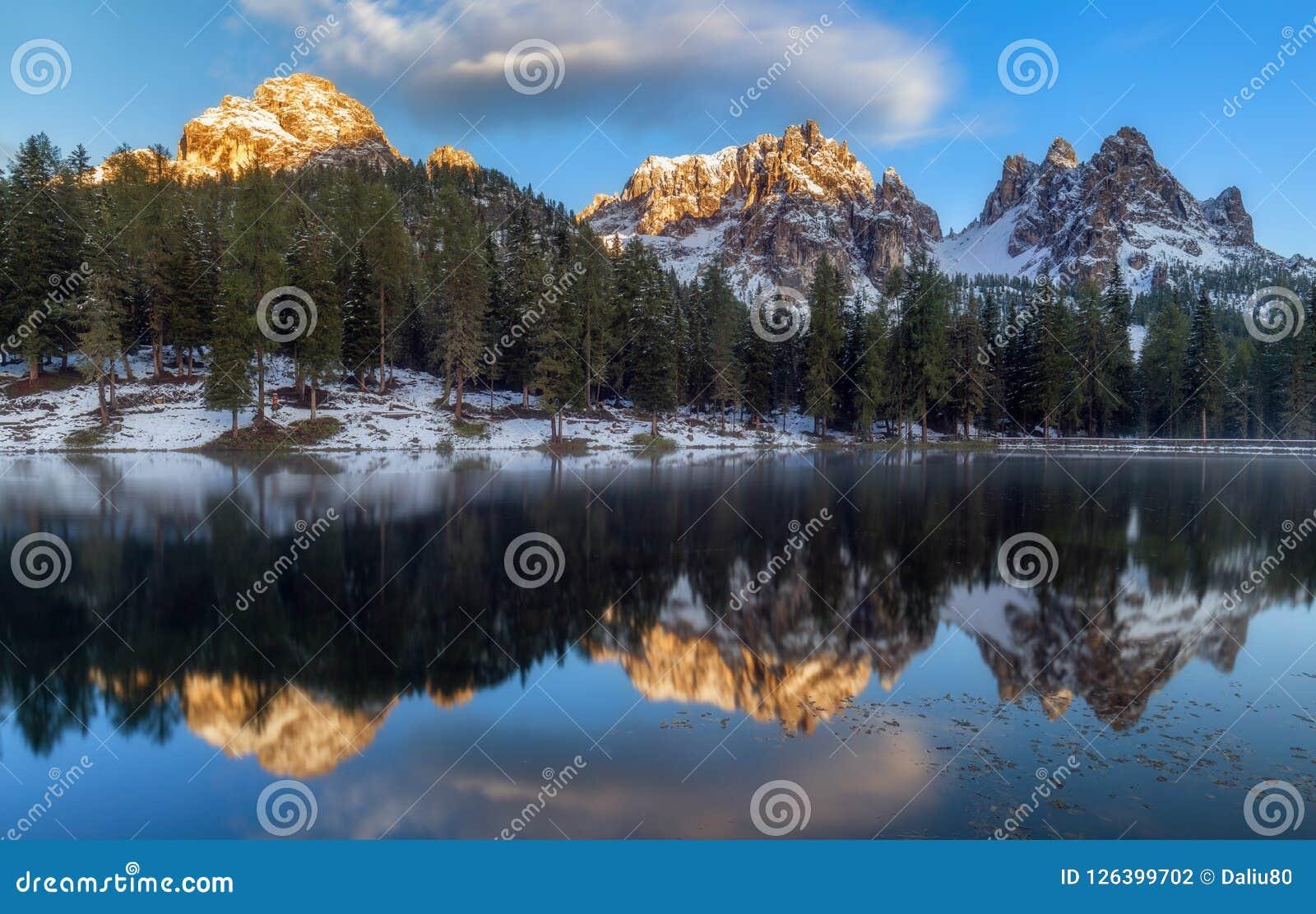 Озеро Antorno с известным moun Tre Cime di Lavaredo (Drei Zinnen)