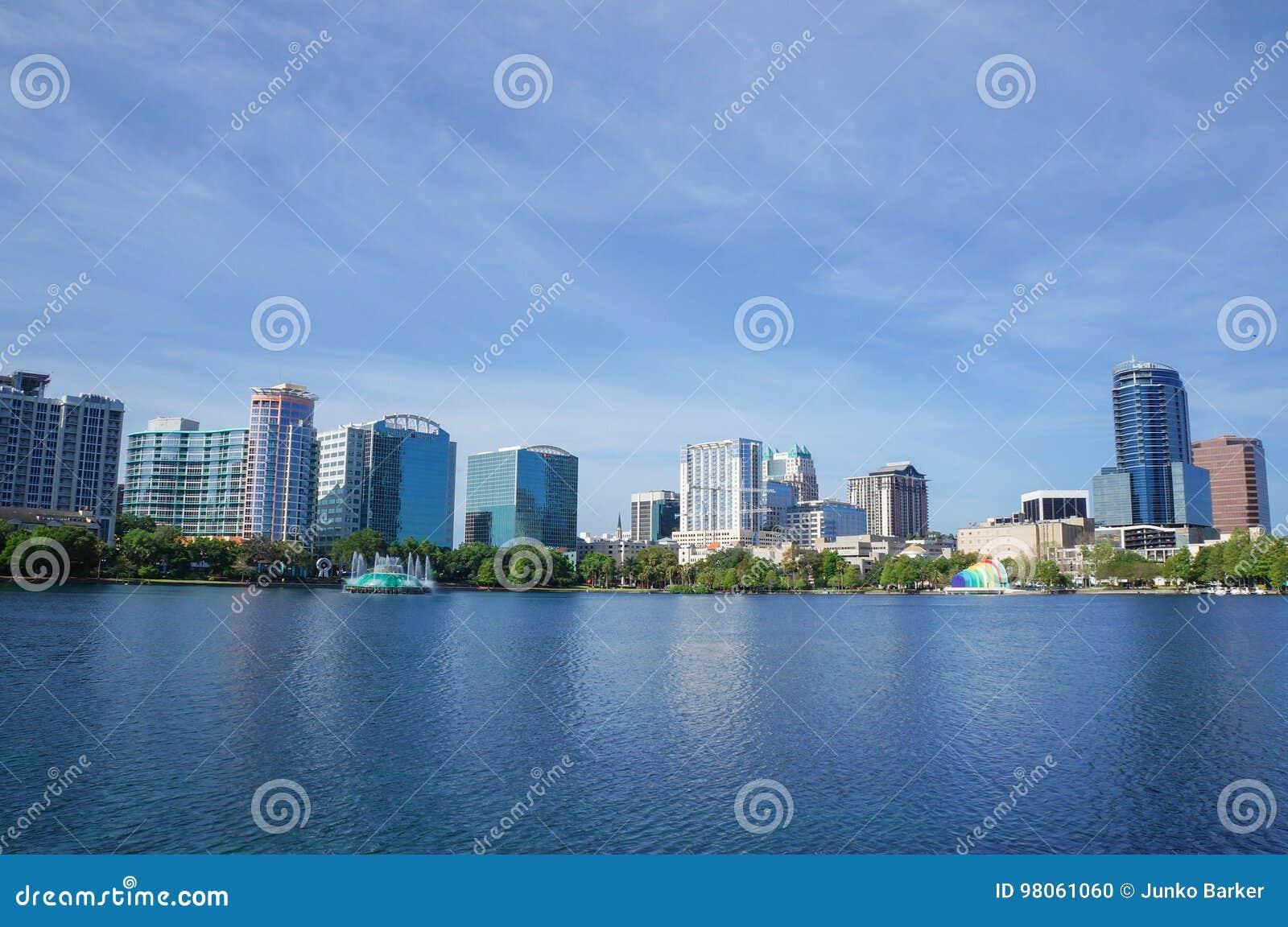 Озеро Eola, многоэтажные здания, горизонт, и фонтан городское Орландо, Флорида, Соединенные Штаты, 27-ое апреля 2017