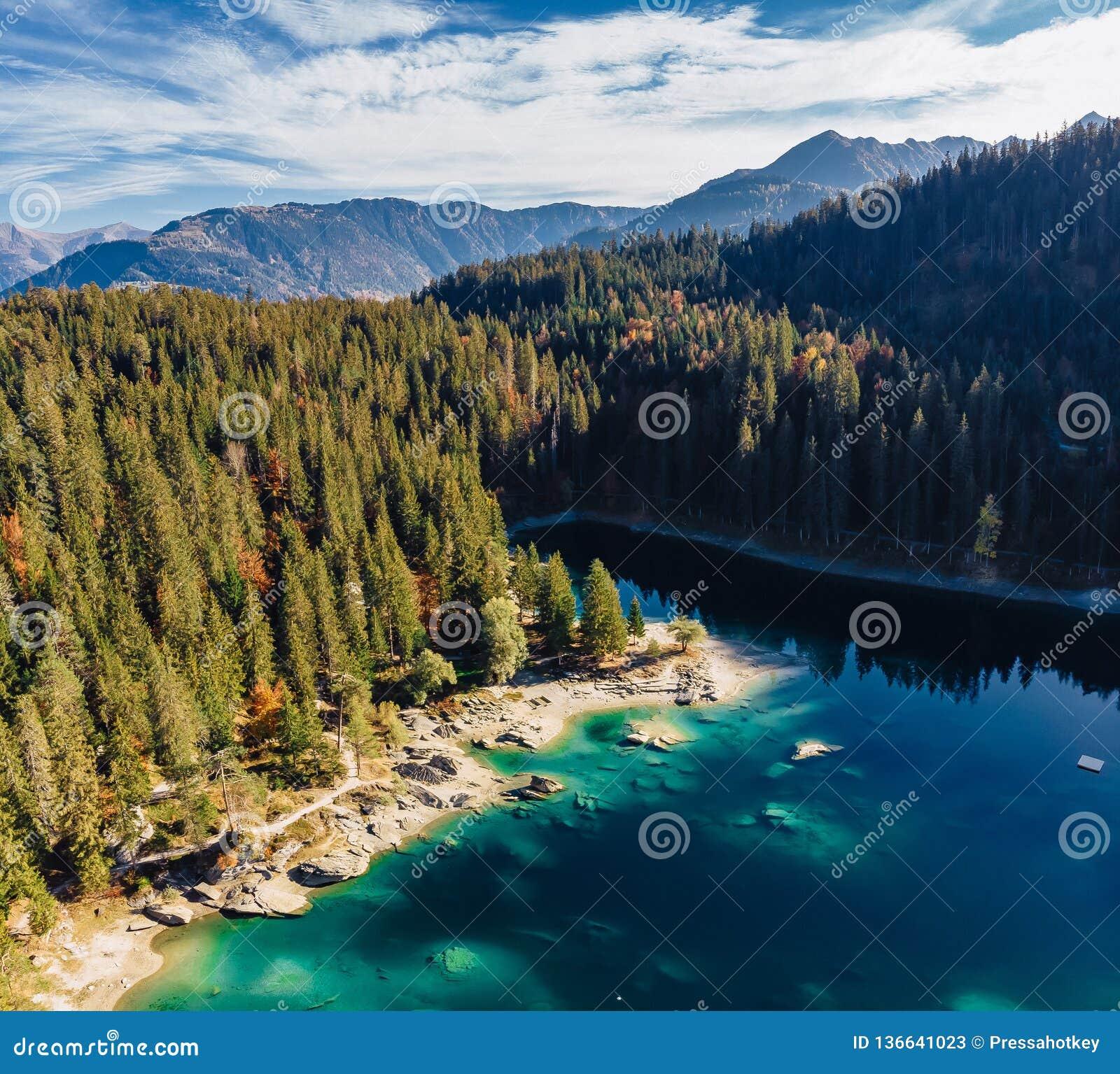 Озеро Flims на антенне трутня Швейцарии, высокогорных горах, солнечных, ландшафте лета, панораме квадрата открытого моря