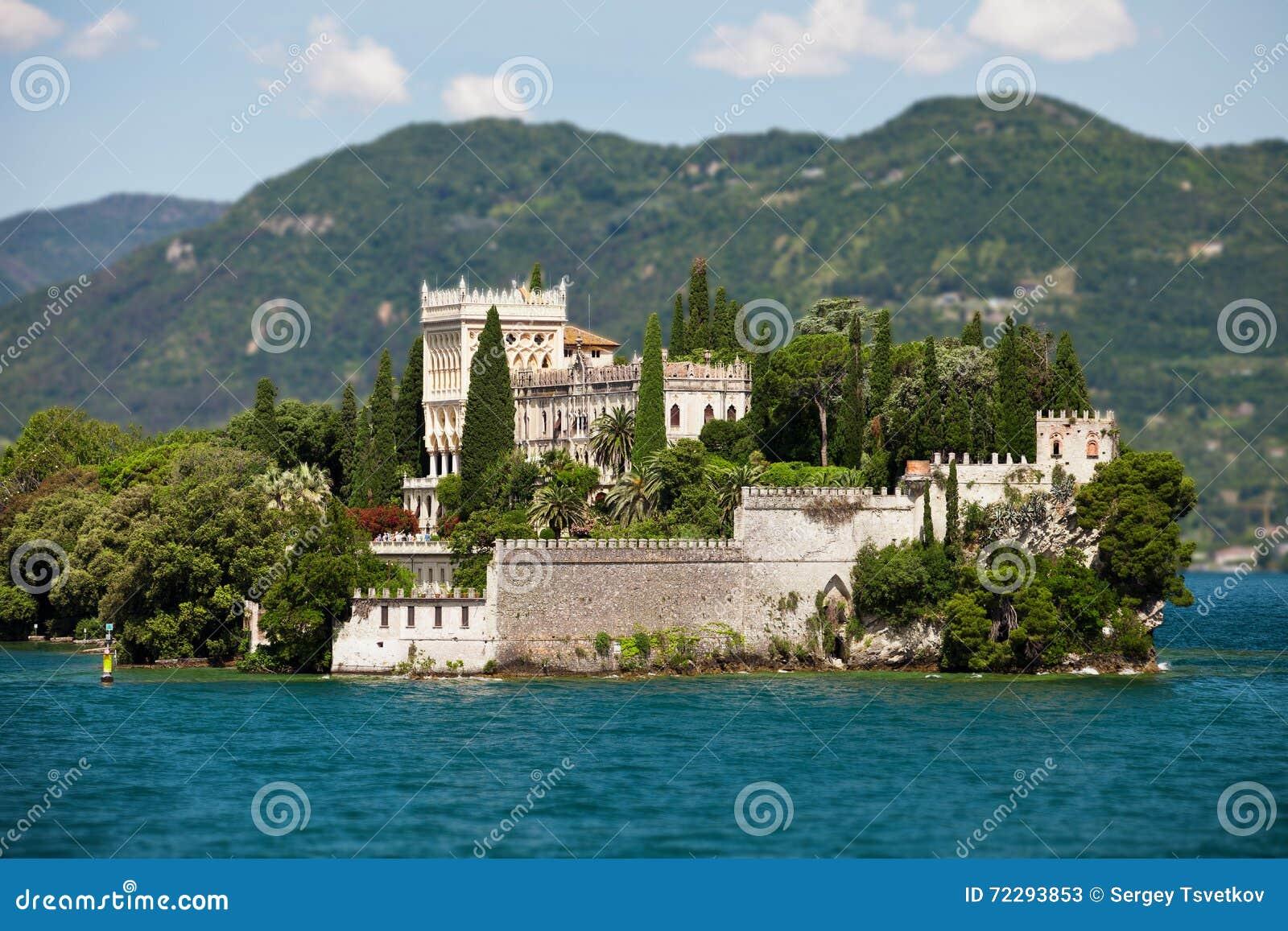 Download ОЗЕРО GARDA, ИТАЛИЯ - 15-ОЕ ИЮНЯ 2013: Вилла Cavazzi в венецианском Neogothic стиле на острове в озере Garda Редакционное Стоковое Фото - изображение насчитывающей италия, июнь: 72293853