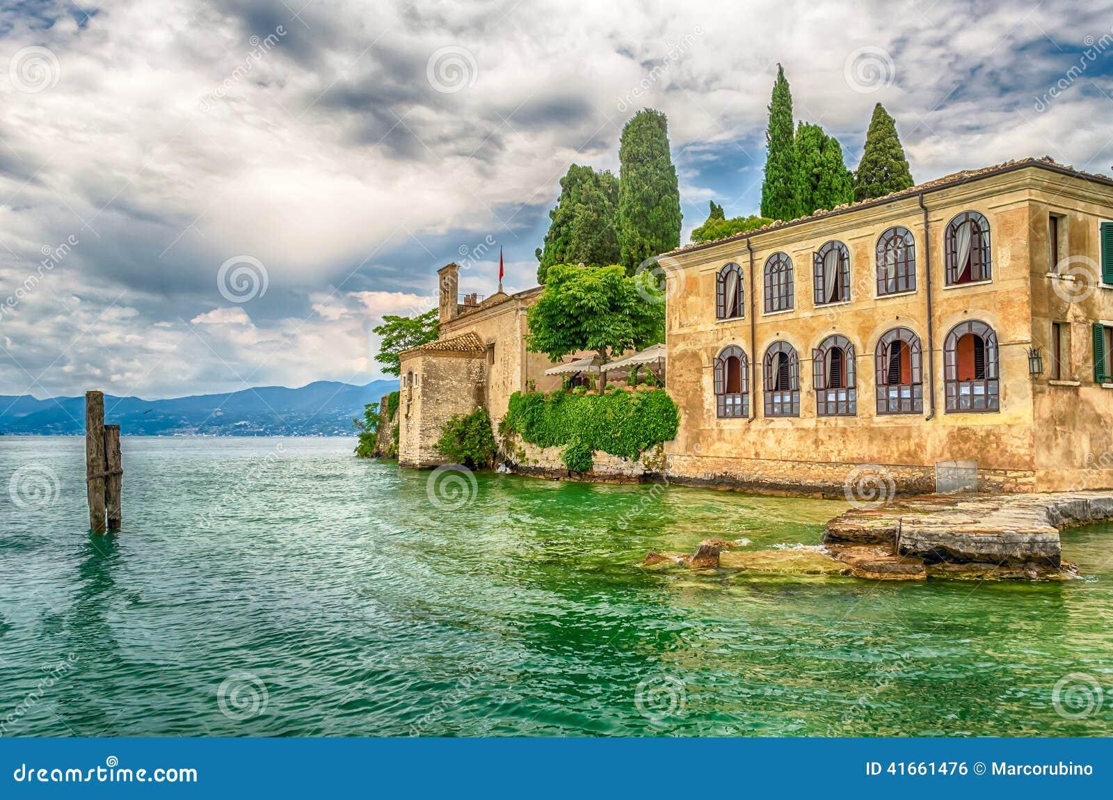 Озеро Garda на Punta Сан Vigilio, городке Garda, Италии