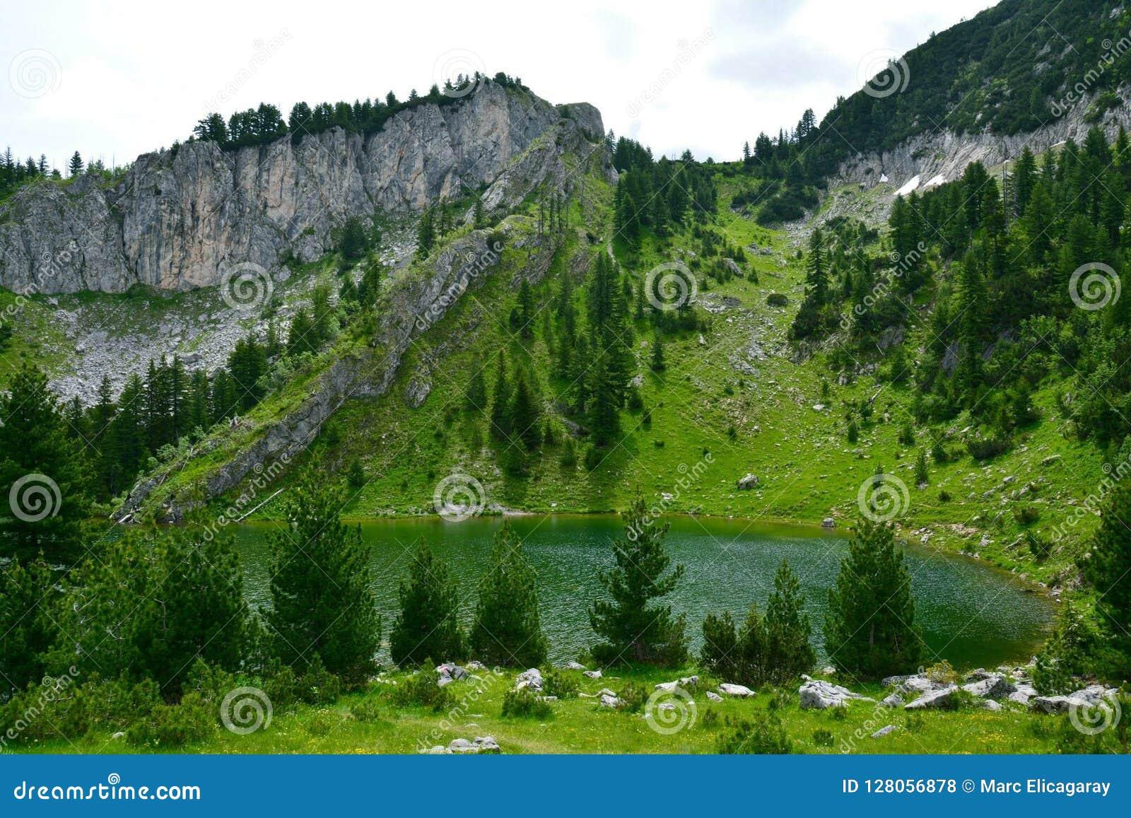 Озеро Leqinat в горах Косове Rugova