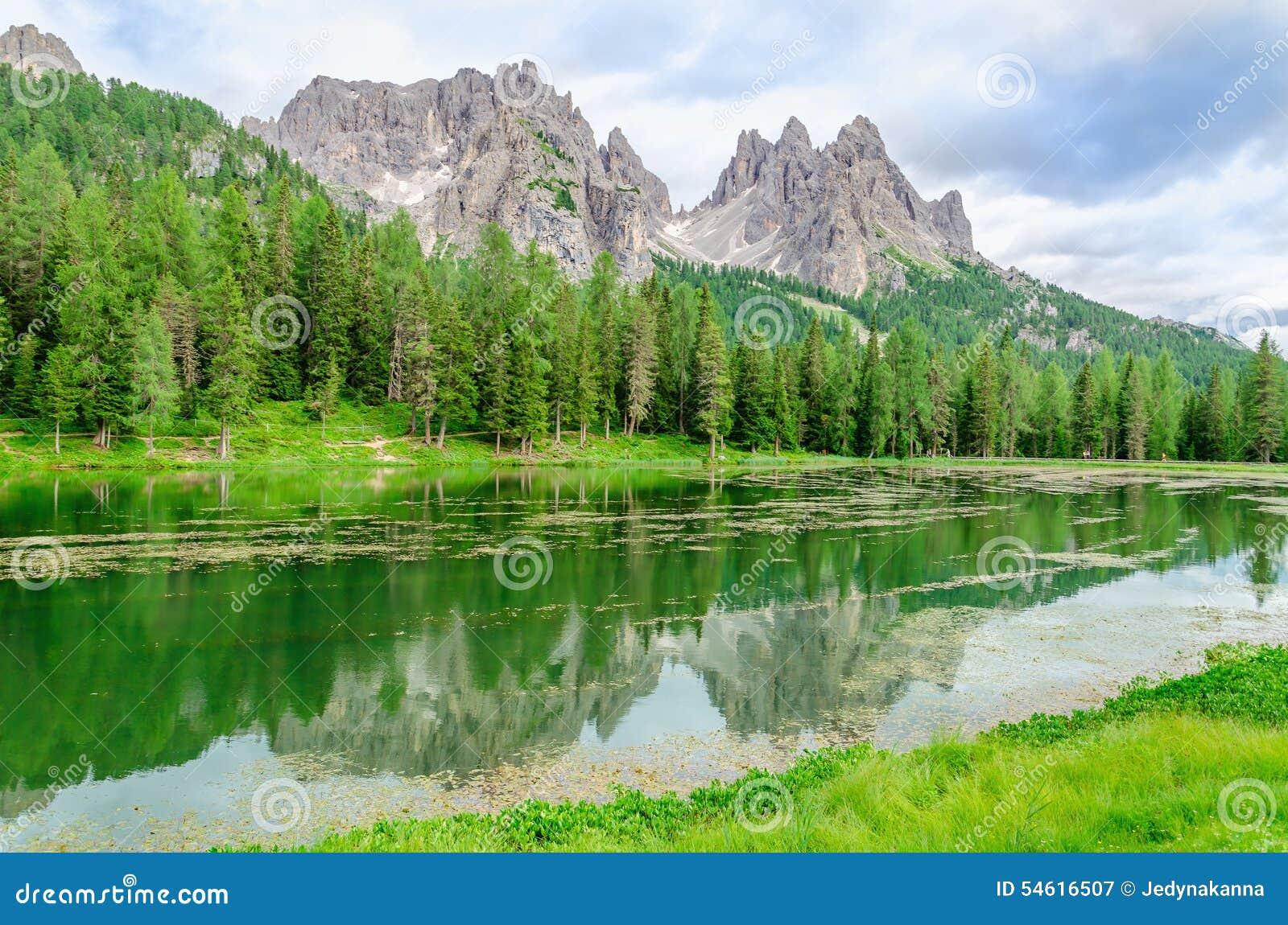 Озеро Misurina в доломитах Sexten, Италия
