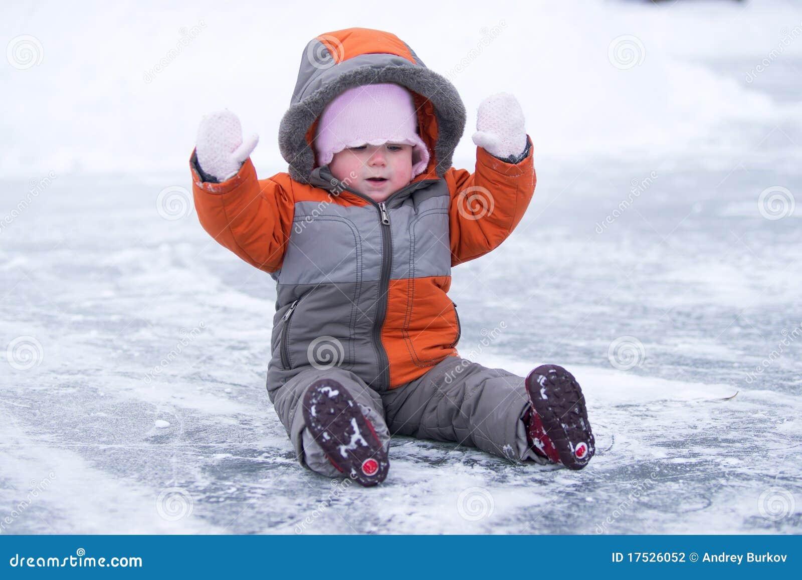 озеро s льда младенца милое сидит заинтересовано