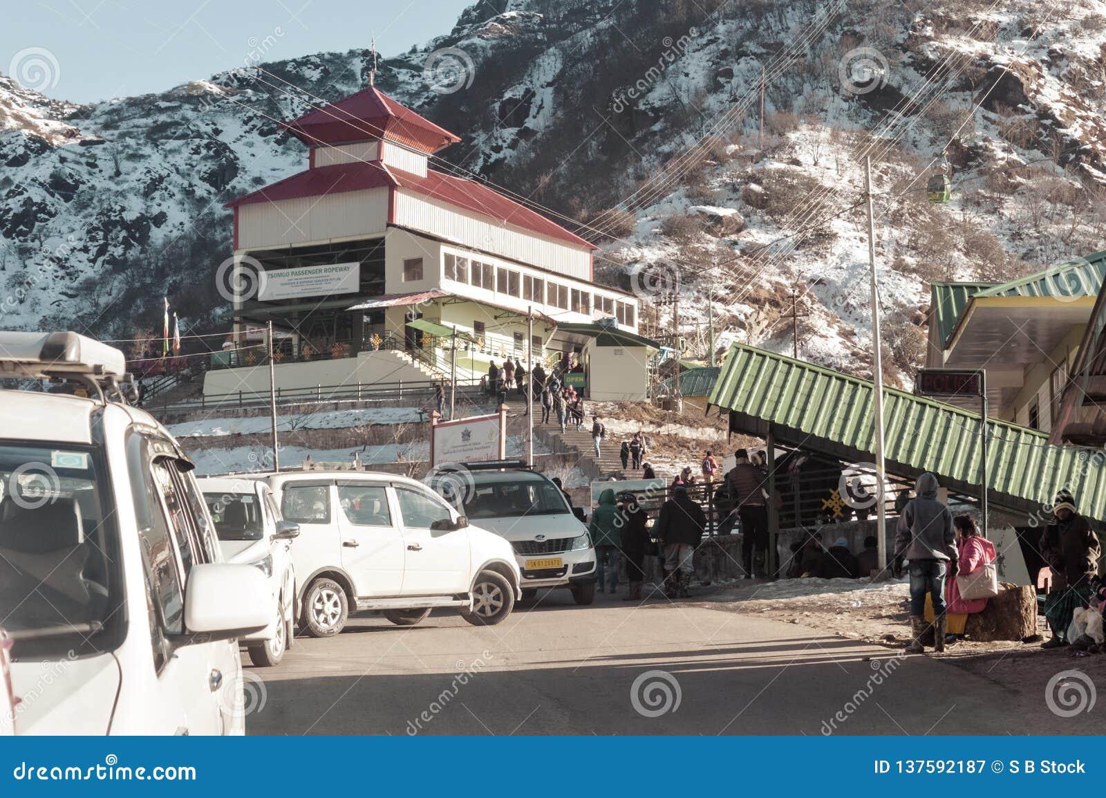 Озеро Tsomgo, Gangtok, Индия 2-ое января 2019: Взгляд построения пути веревочки Короткий ropeway начинал на озере Tsomgo Оно прин
