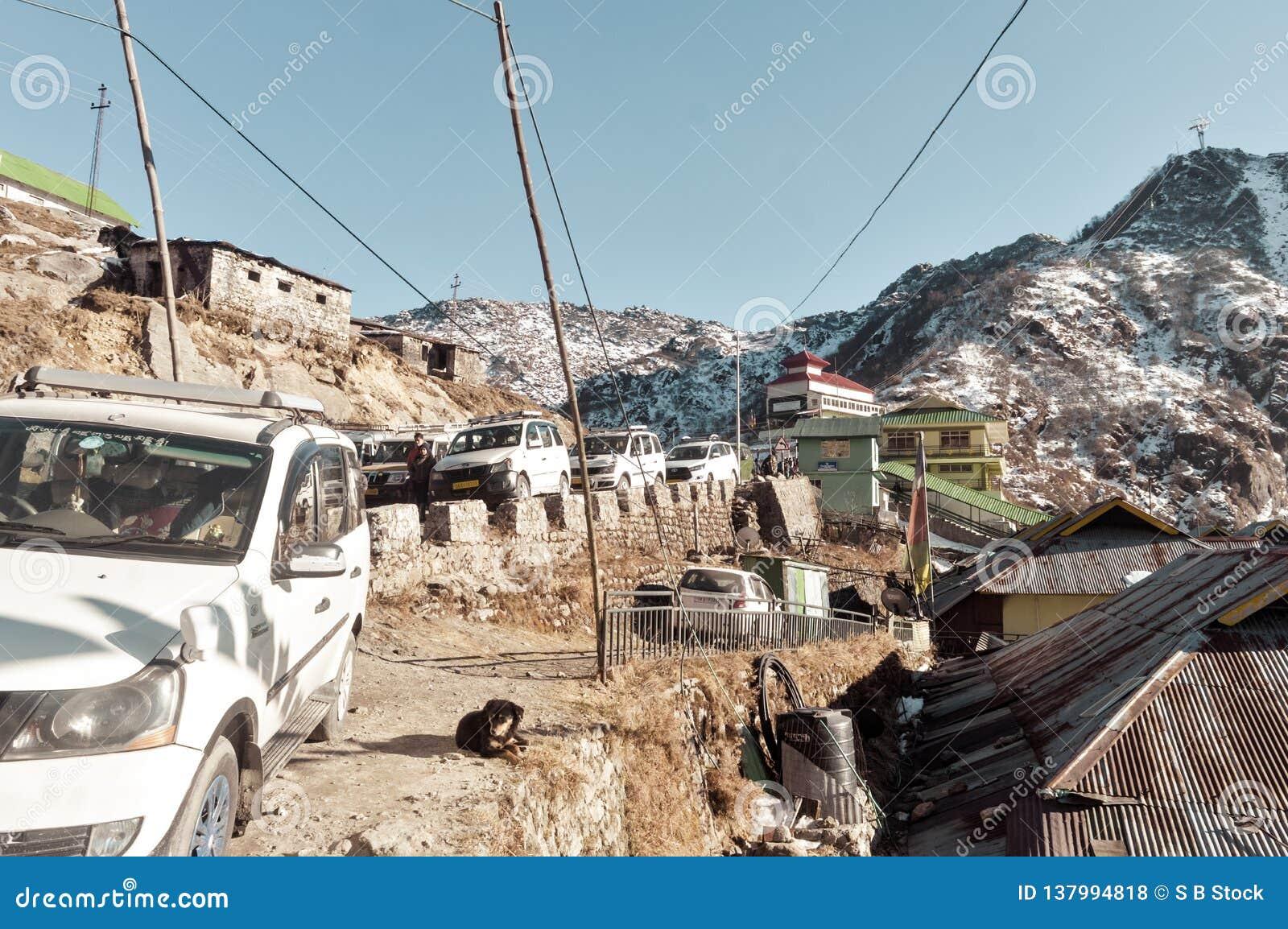 Озеро Tsomgo, Gangtok, Индия 2-ое января 2019: Туристские автомобили выровнялись вверх около построения пути веревочки Короткий r