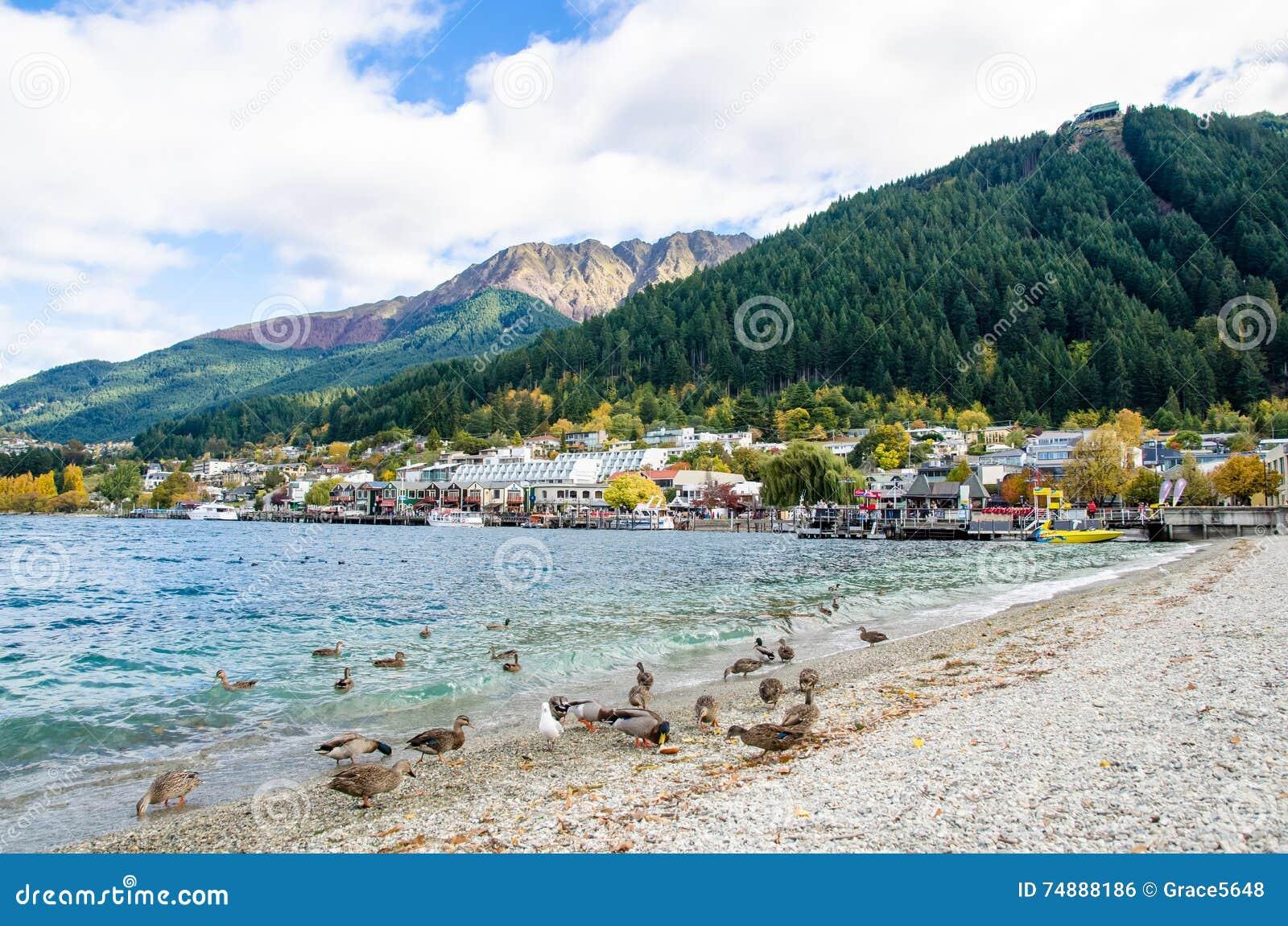 Озеро Wakatipu которое расположено в Queenstown, Новой Зеландии