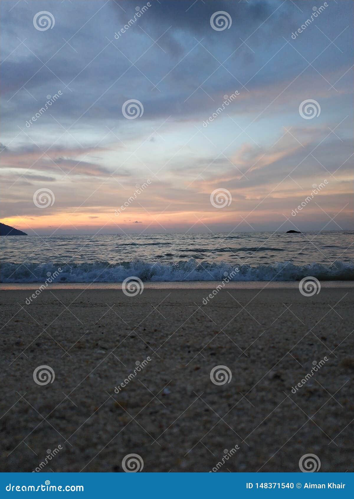Океанские волны разбивая на пляже