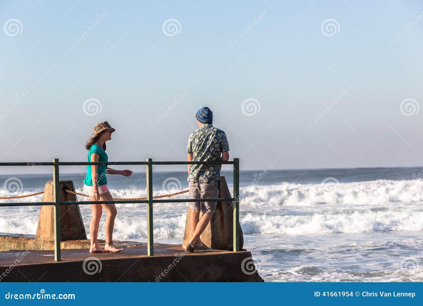 Океанские волны бассейна мальчика девушки подростков приливные