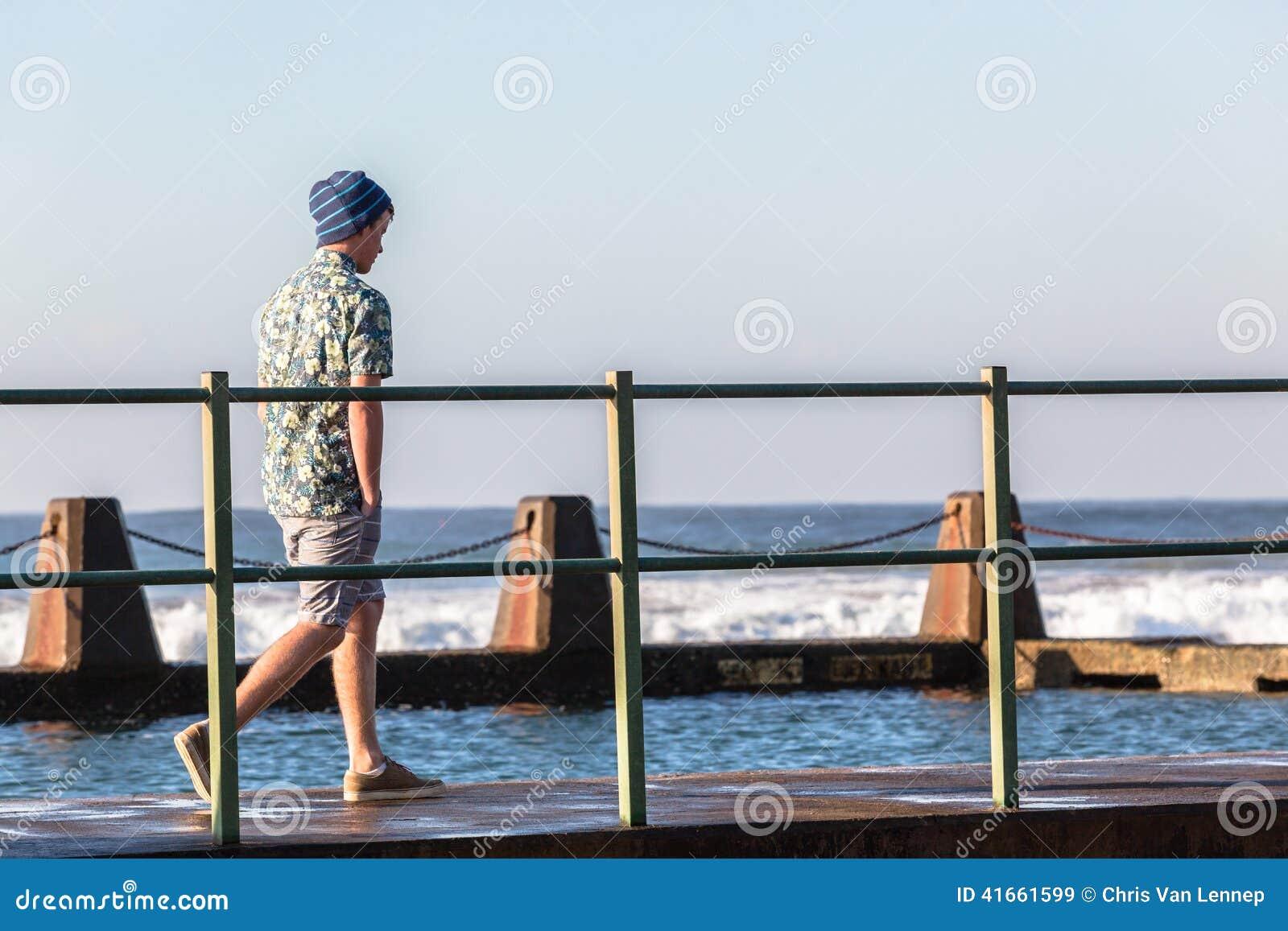 Океанские волны бассейна подростка идя приливные