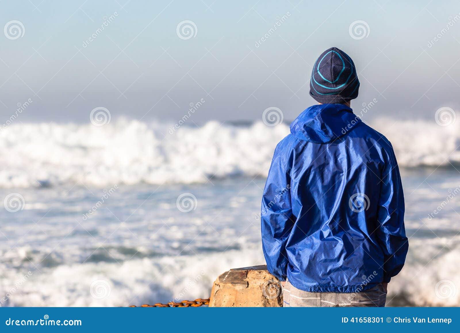 Океанские волны подростка наблюдая