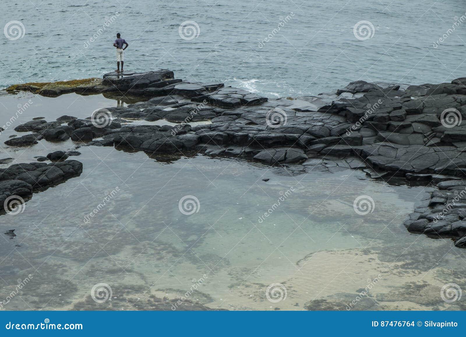 Океанский бассейн тропического острова Sao Tome