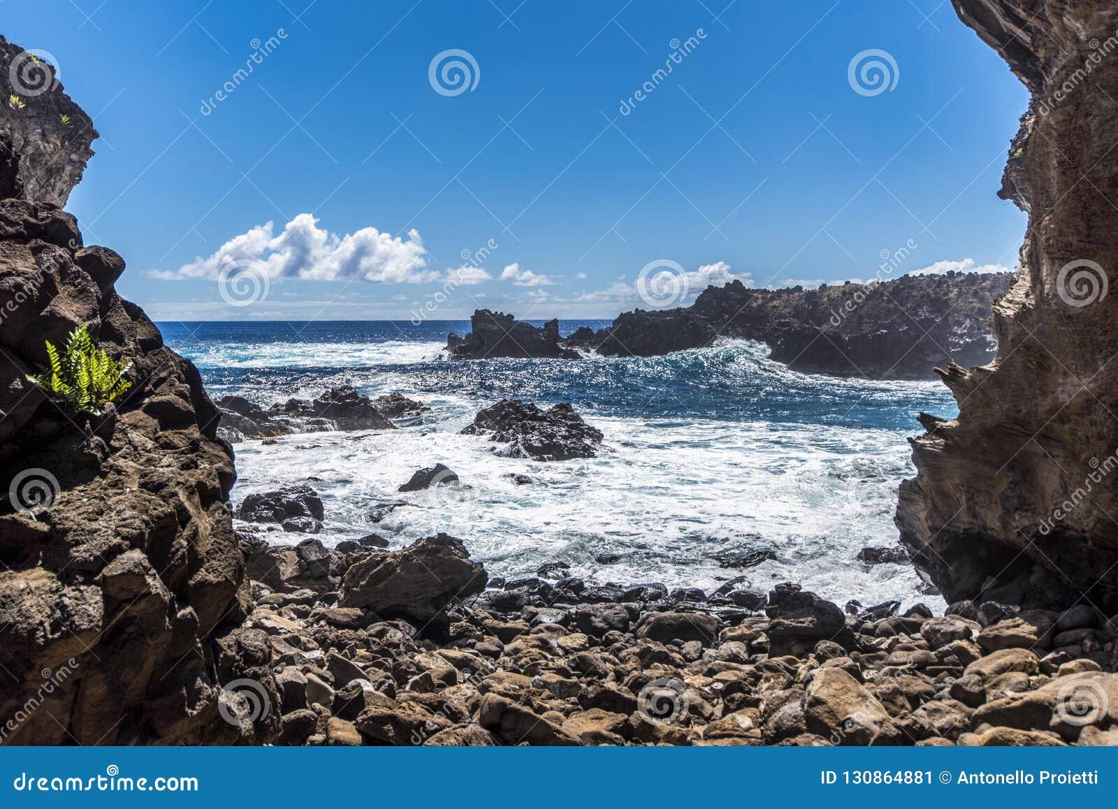 Океан от пещеры Ана Kai Tangata