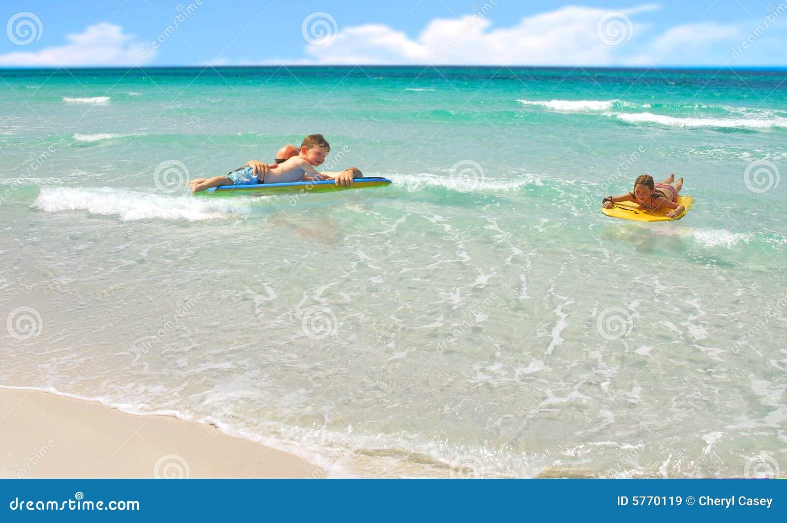 океан семьи играя прибой