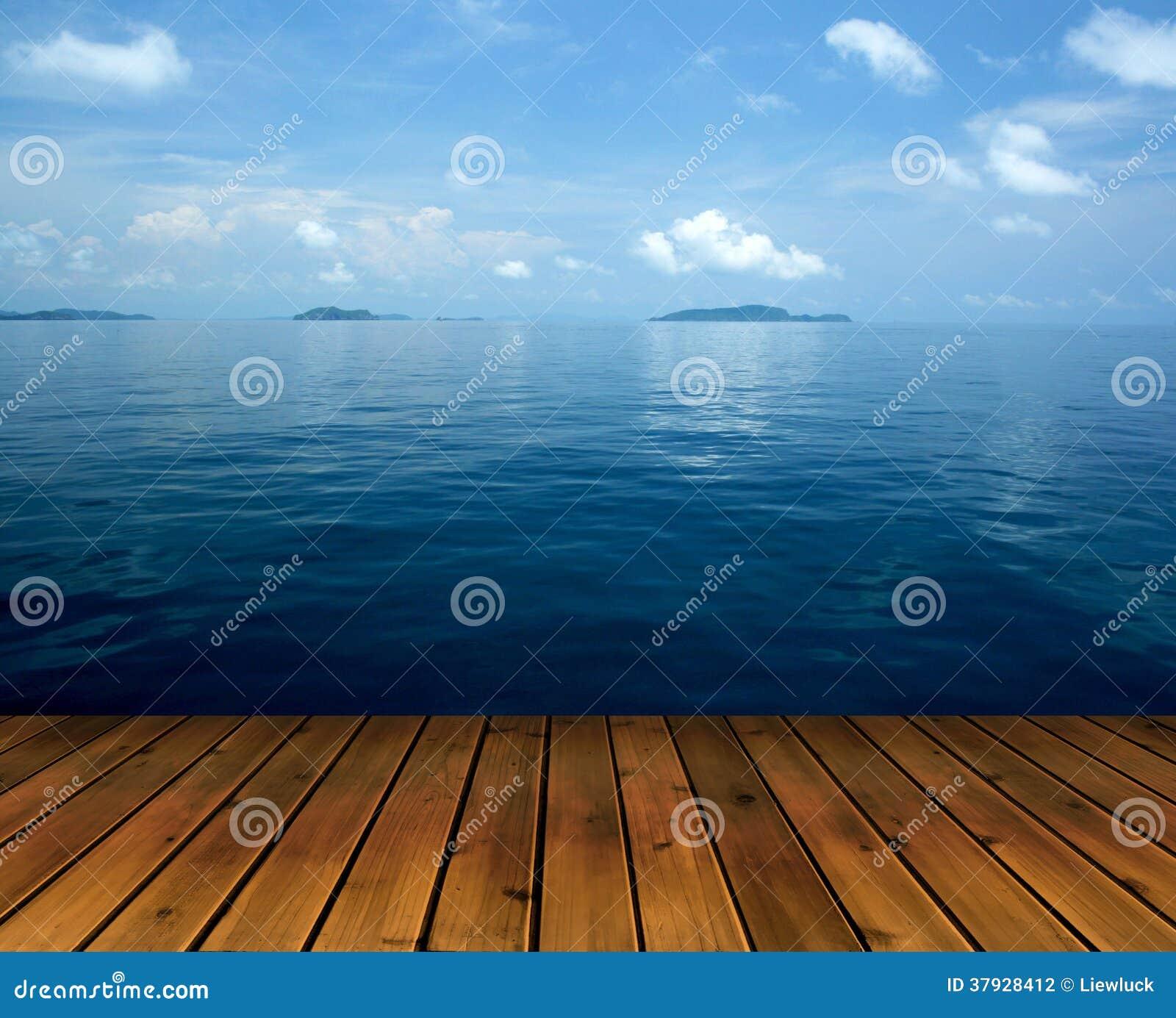 Океан с полом неба и древесины