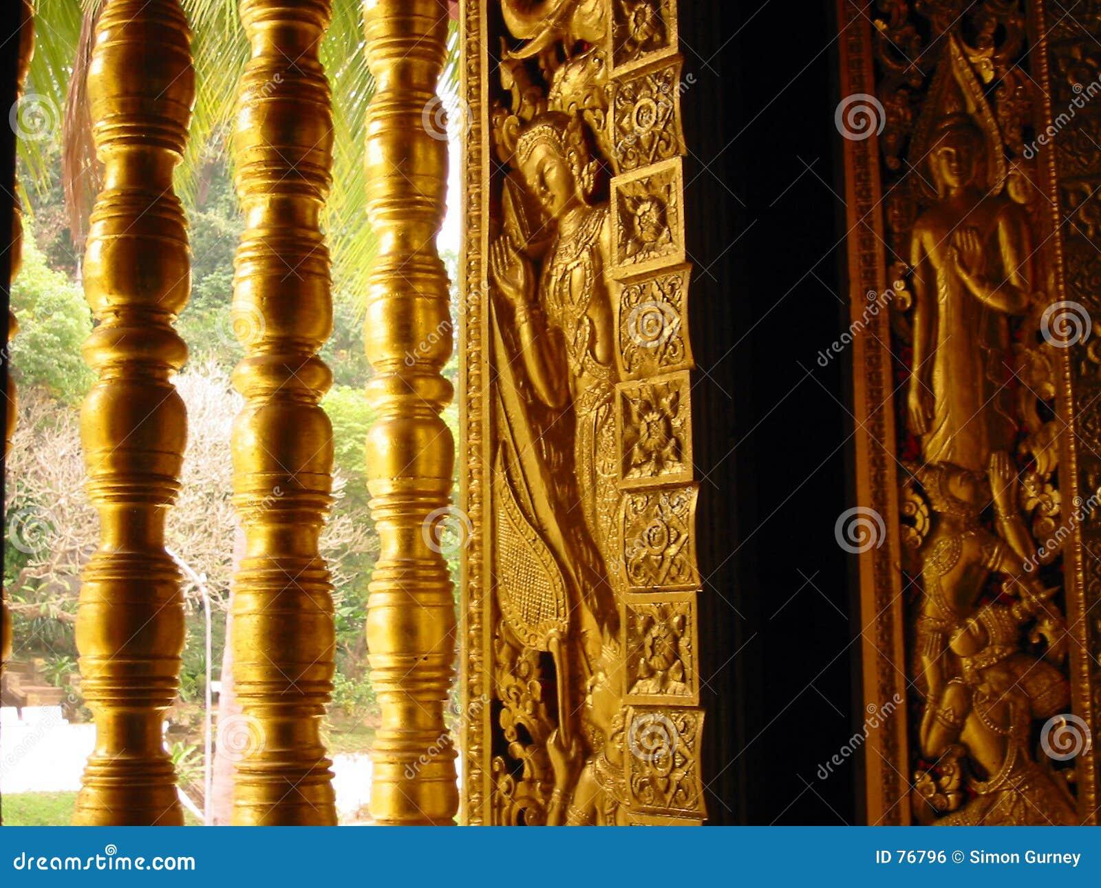окно виска Лаоса искусства золотистое