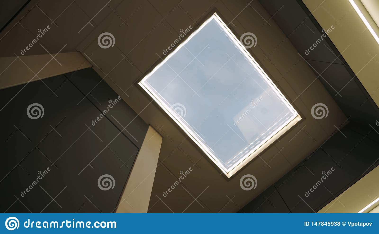 Окно в крыше от рамки в потолке