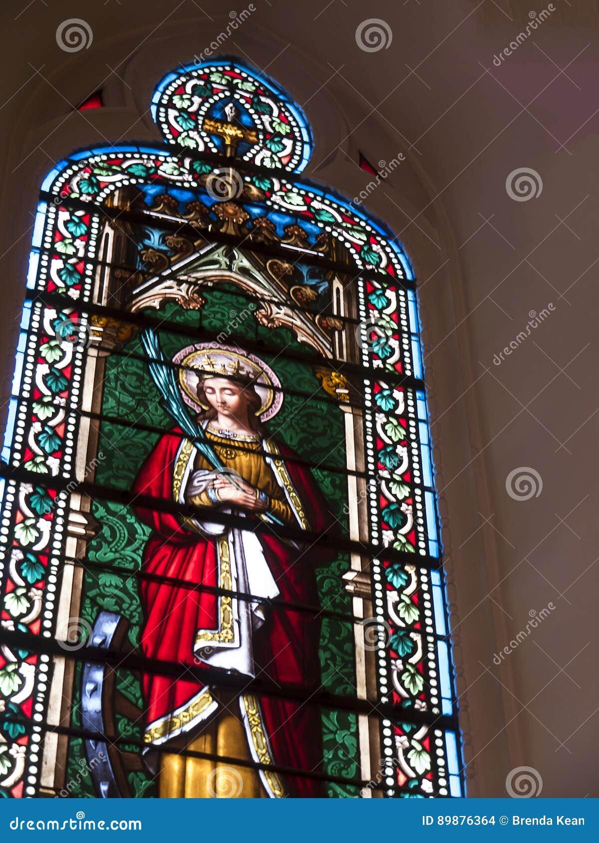 Окно в часовне Loretto в соборе Санта-Фе в Неш-Мексико