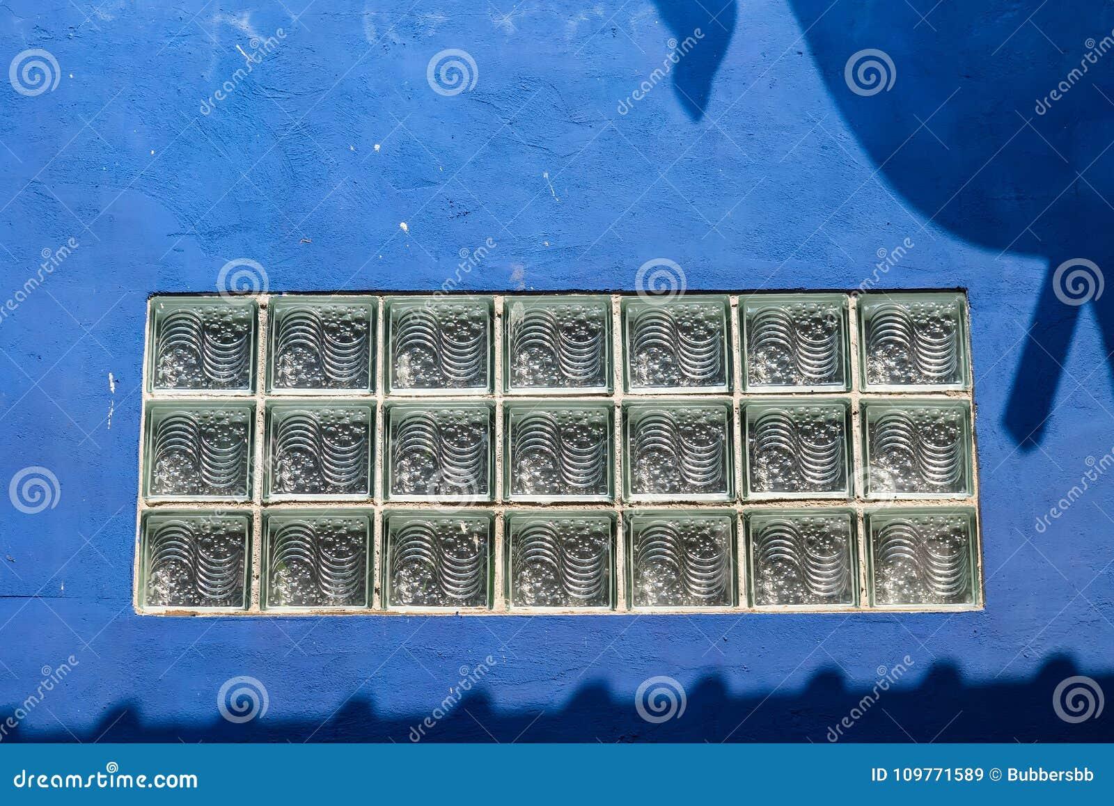 Окно или просвечивающая зона в бетонной стене сделанной стеклянное bric