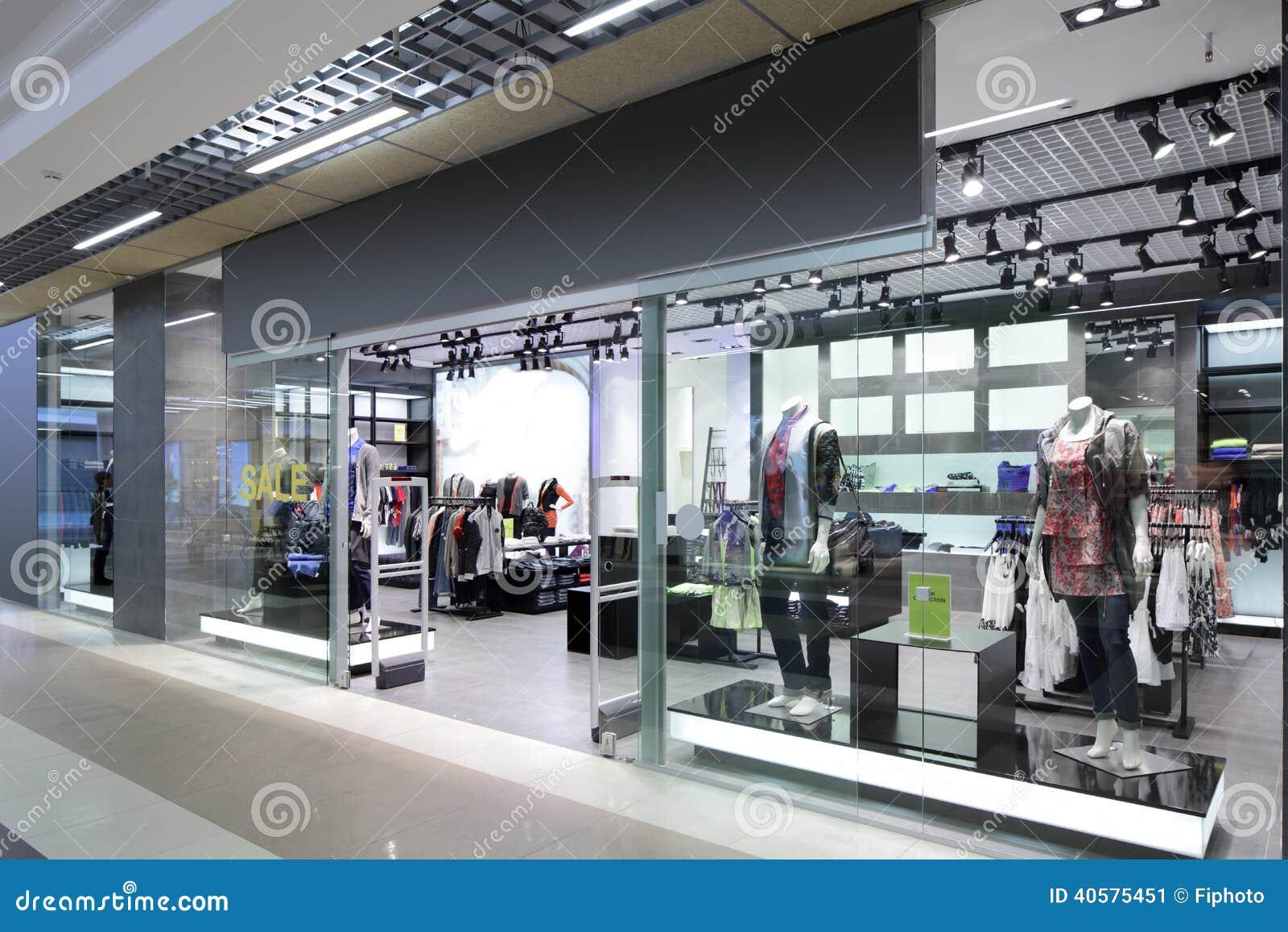 Окно красивого европейского магазина