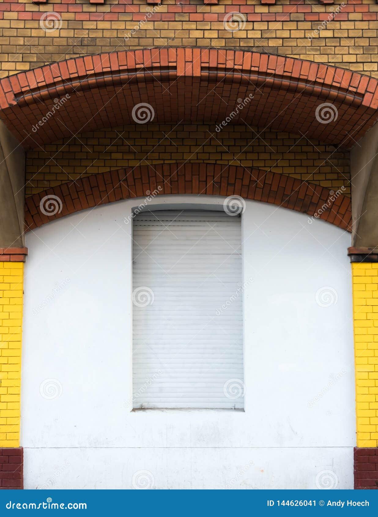 Окно под сводом кирпича закрыто