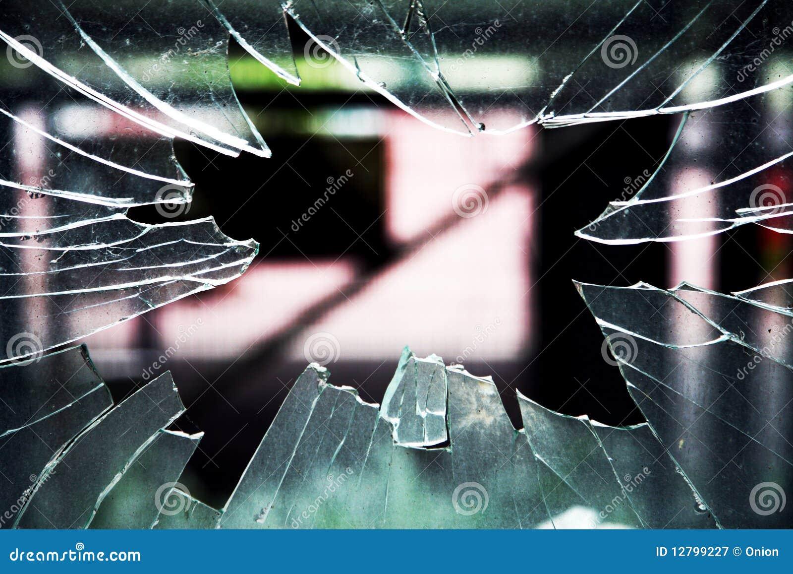 окно разрушенное стеклом