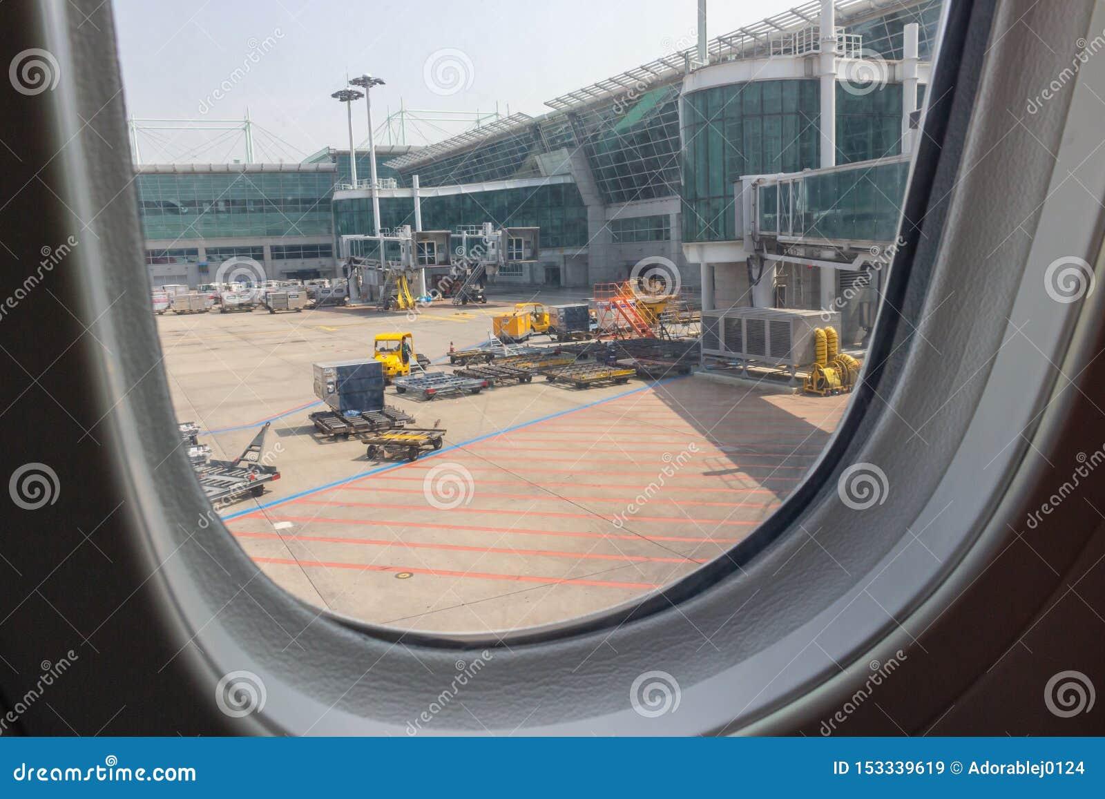 Окно самолета перед принимать