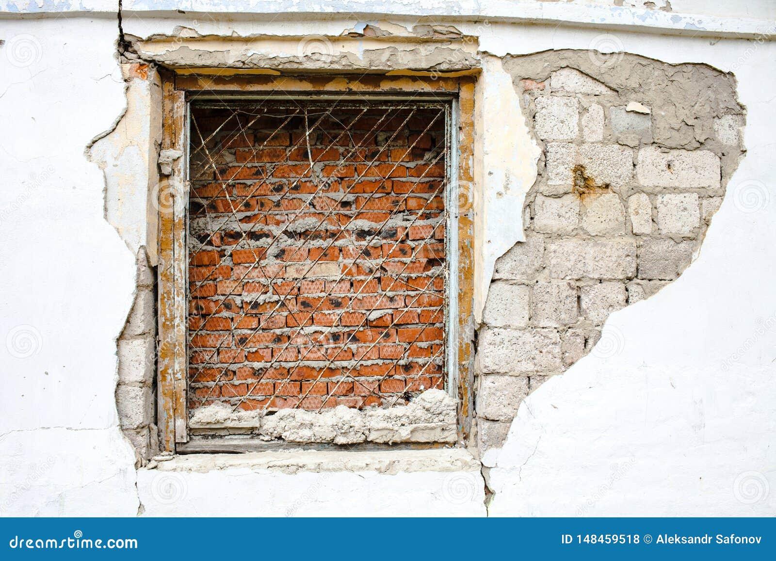 Окно с кирпичом решетки