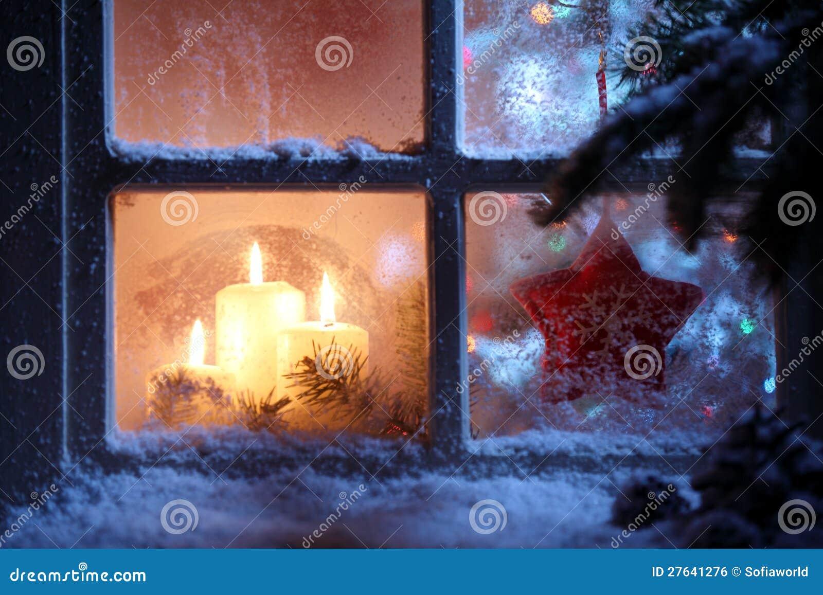 Окно с украшением рождества