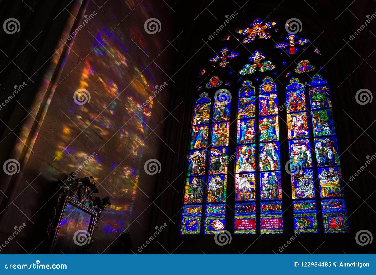 Окно Mucha и красочные светлые картины, собор St Vitus, p