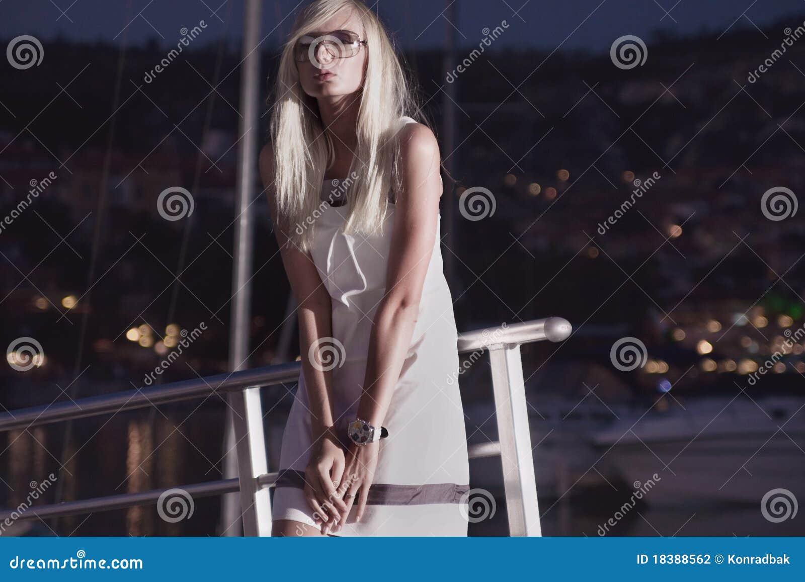 около яхт женщины