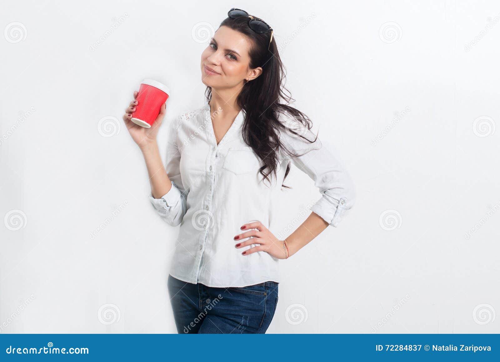 Download Оман на белой стене с на вынос кофе Стоковое Изображение - изображение насчитывающей backhoe, модель: 72284837