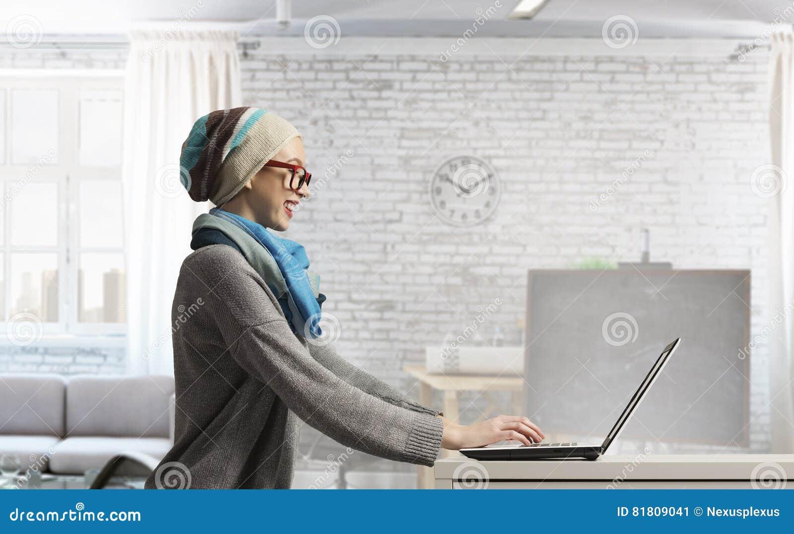 Она занимается серфингом интернет Мультимедиа
