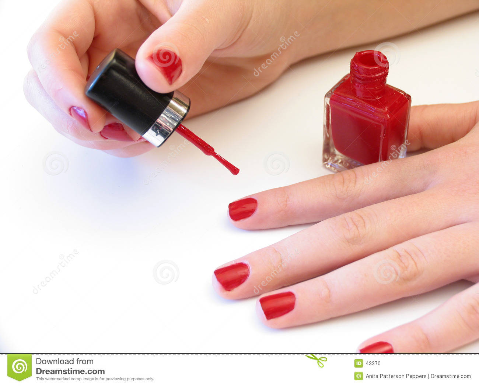 она красить ногтей