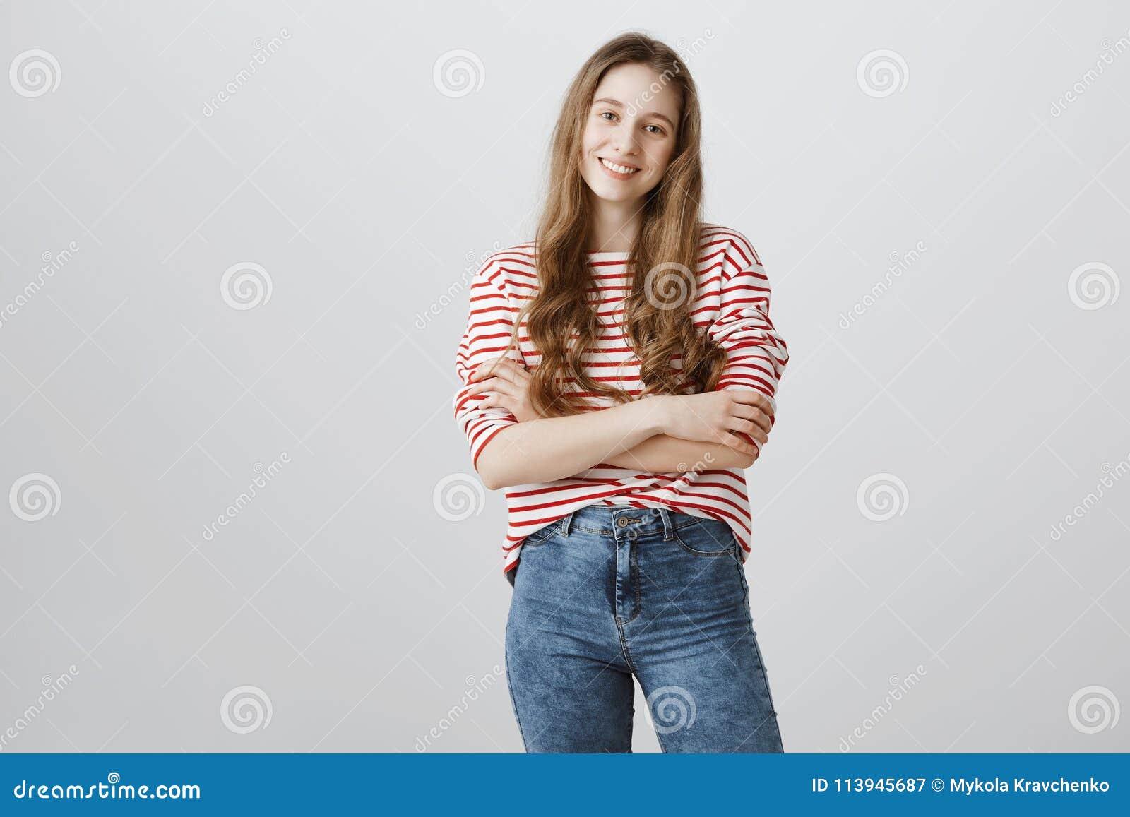 Она молода но уже само-конечно Студия сняла уверенно красивого девочка-подростка при белокурые волосы стоя с
