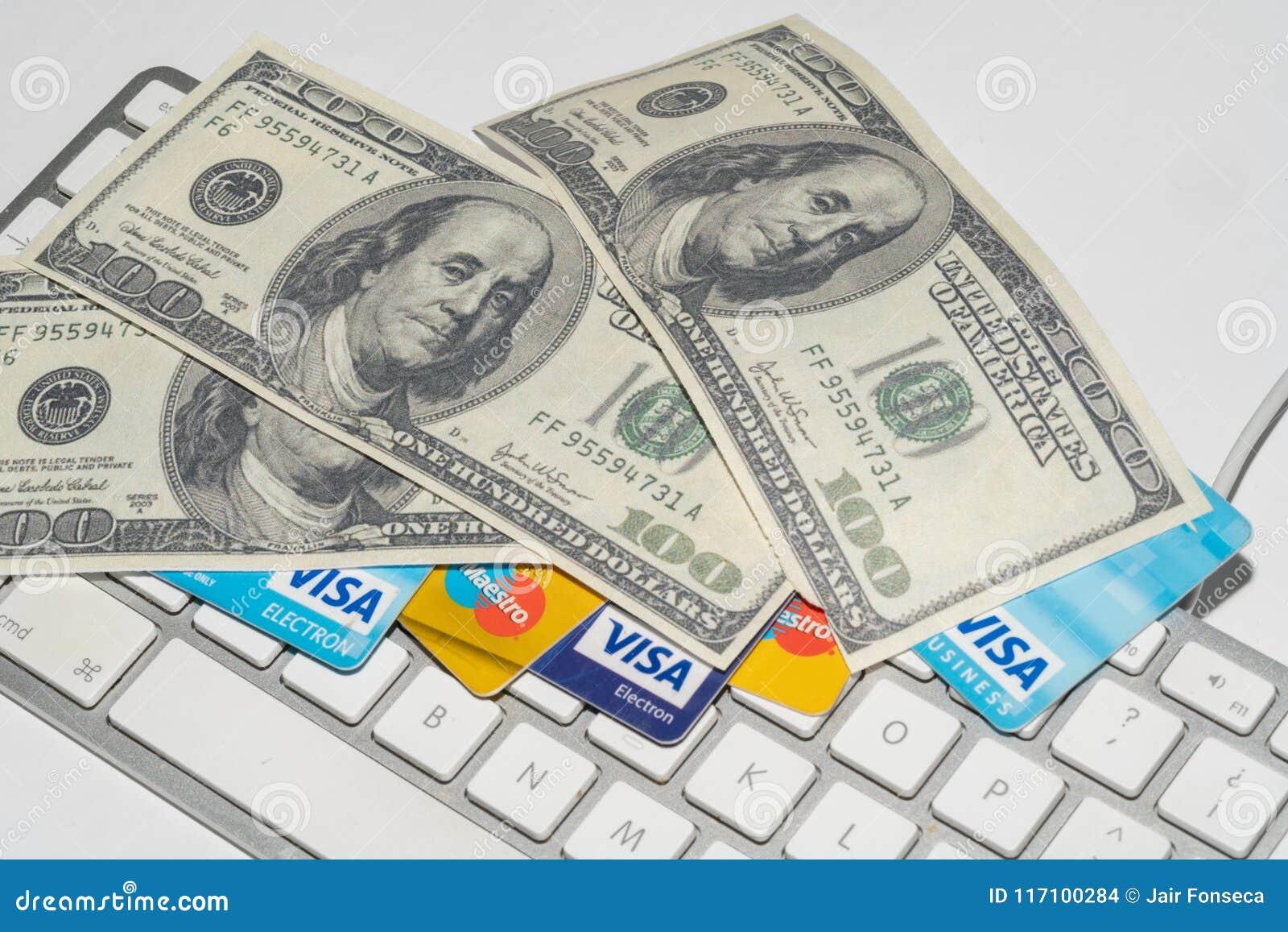 Онлайн коммерция, Ecommerce, кредит и кредитные карточки с долларами и клавиатурой