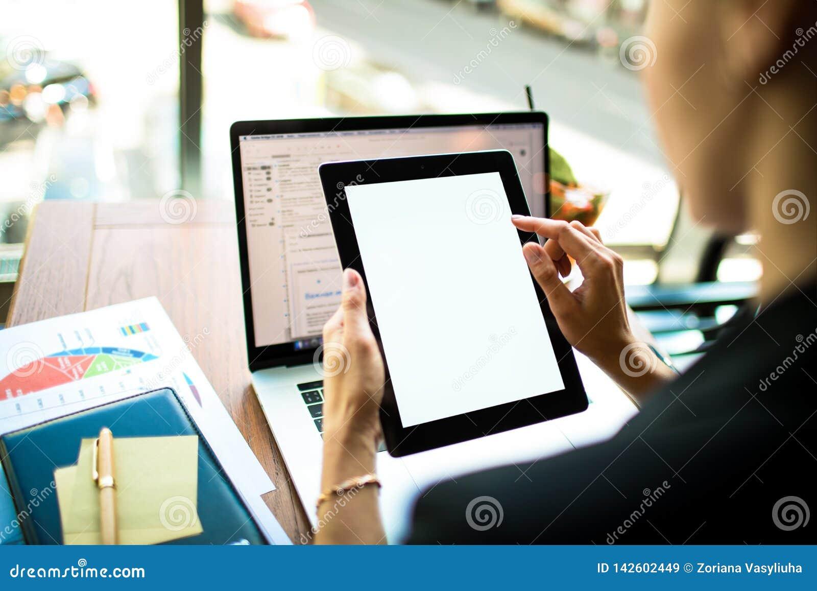 Онлайн-платеж финансиста через цифровой планшет с белым пустым монитором главный исполнительный директор используя вебсайты