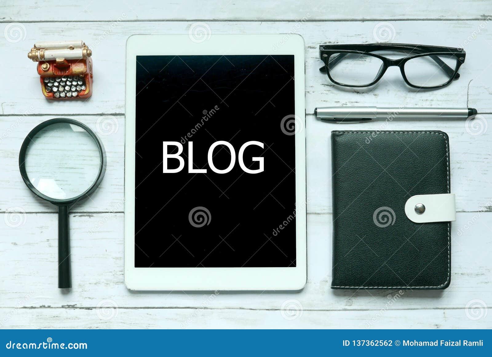 Онлайн цифровые социальные средства массовой информации ведут блог концепция Взгляд сверху лупы, стекел, ручки, тетради и планшет