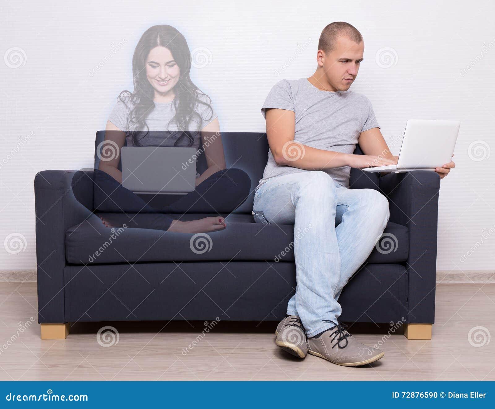 Онлайн концепция датировка - красивый человек сидя на софе и chattin