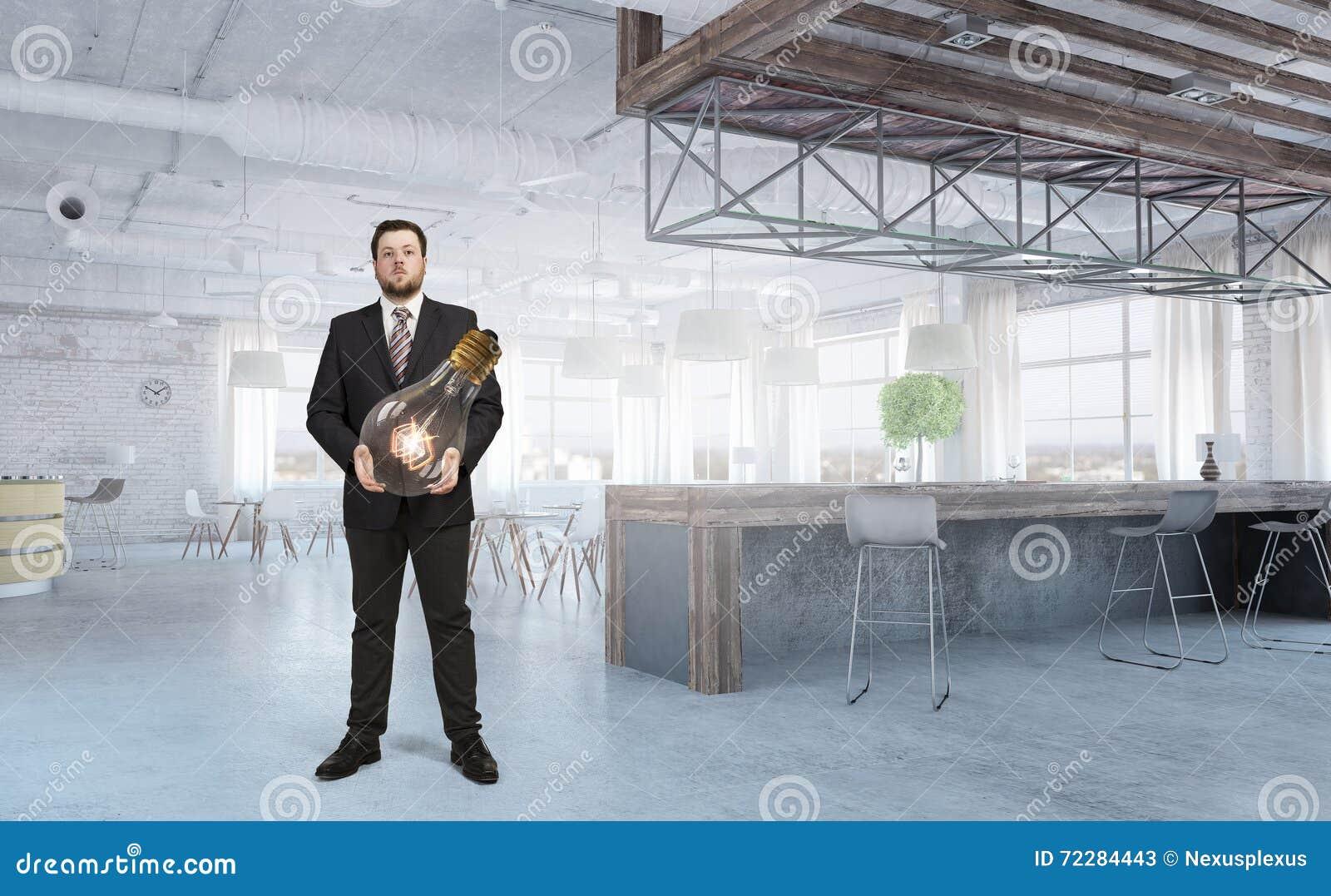 Download Он уносит идею стоковое изображение. изображение насчитывающей светильник - 72284443