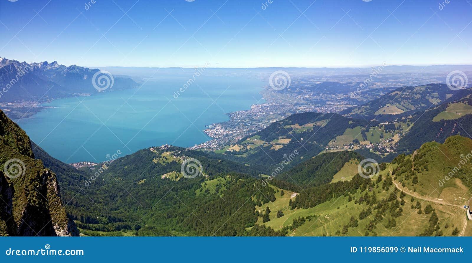 Он Rochers de Naye гора швейцарских Альпов, обозревая женевское озеро