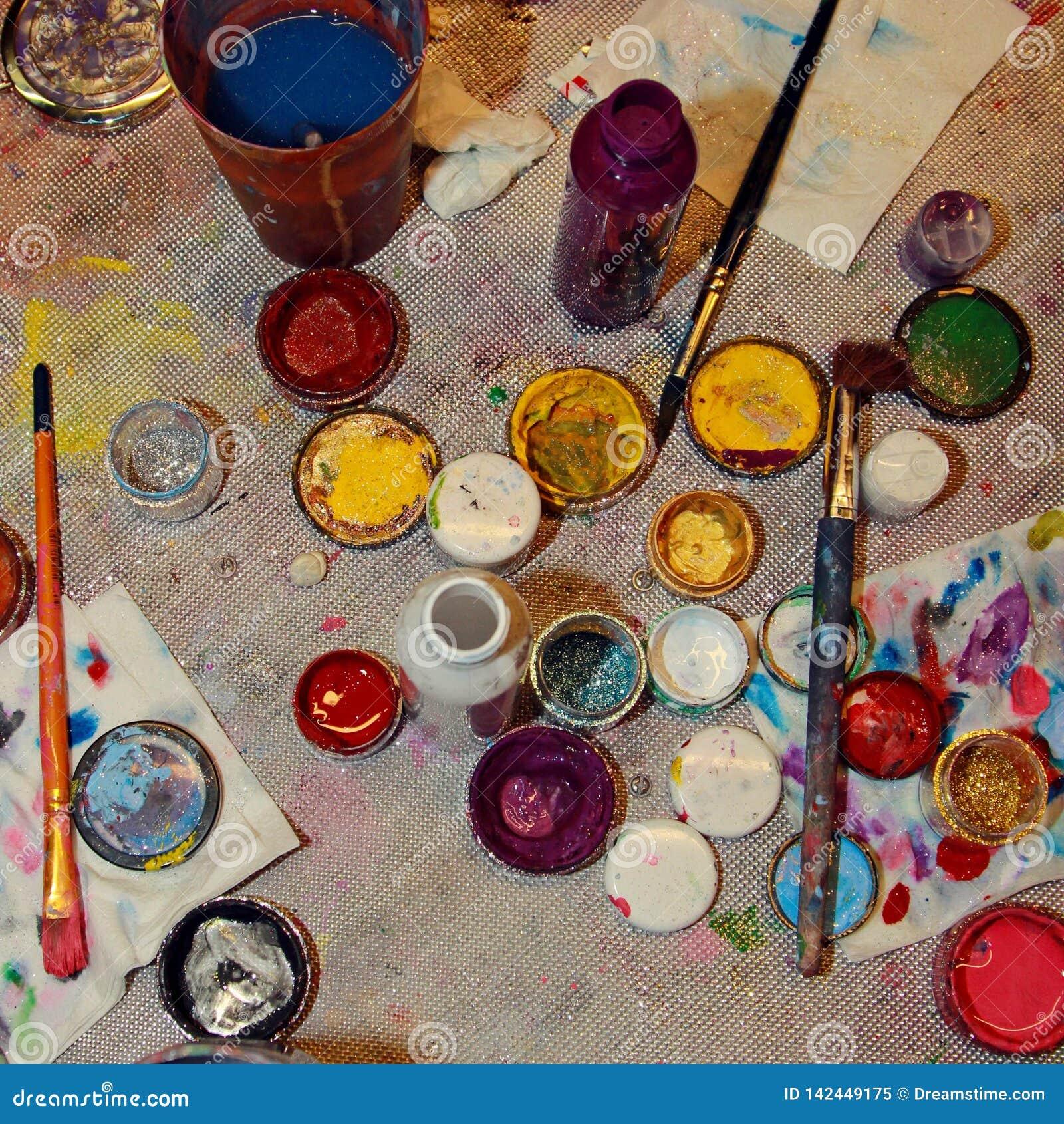 Опарникы с различной краской для рисовать на стороне