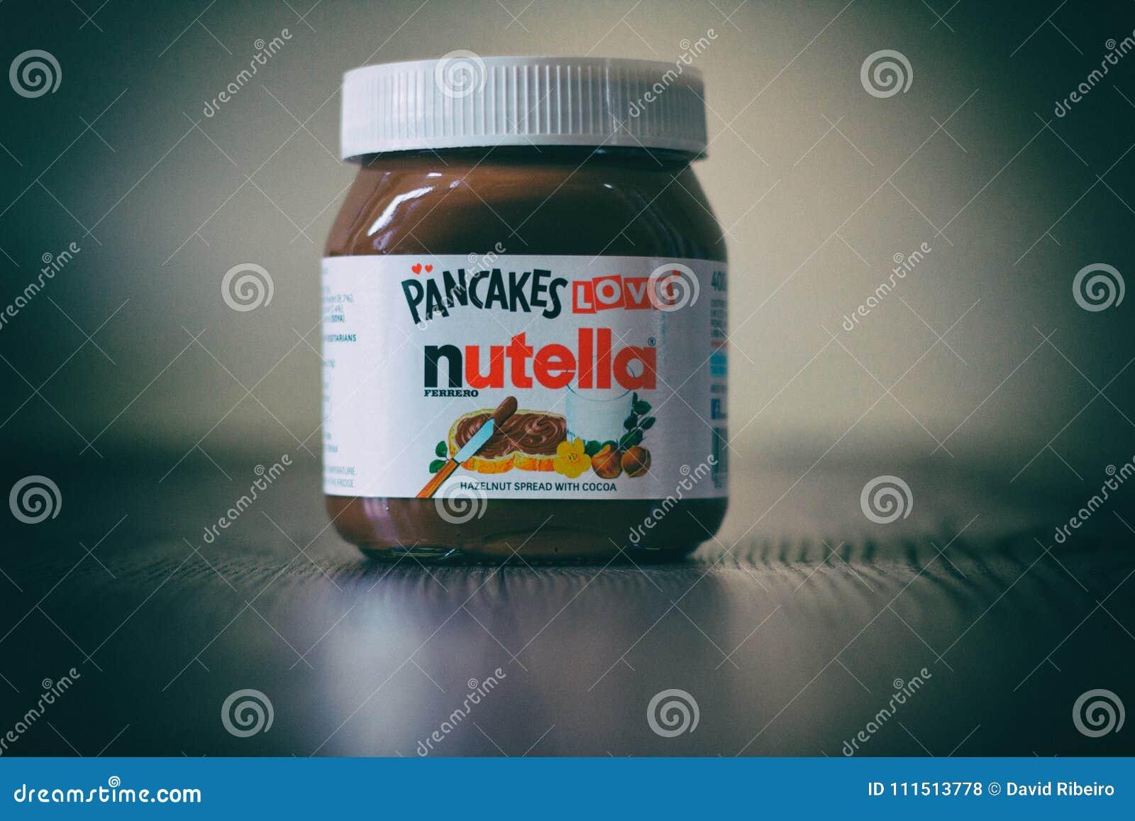Опарник Nutella na górze деревянного стола