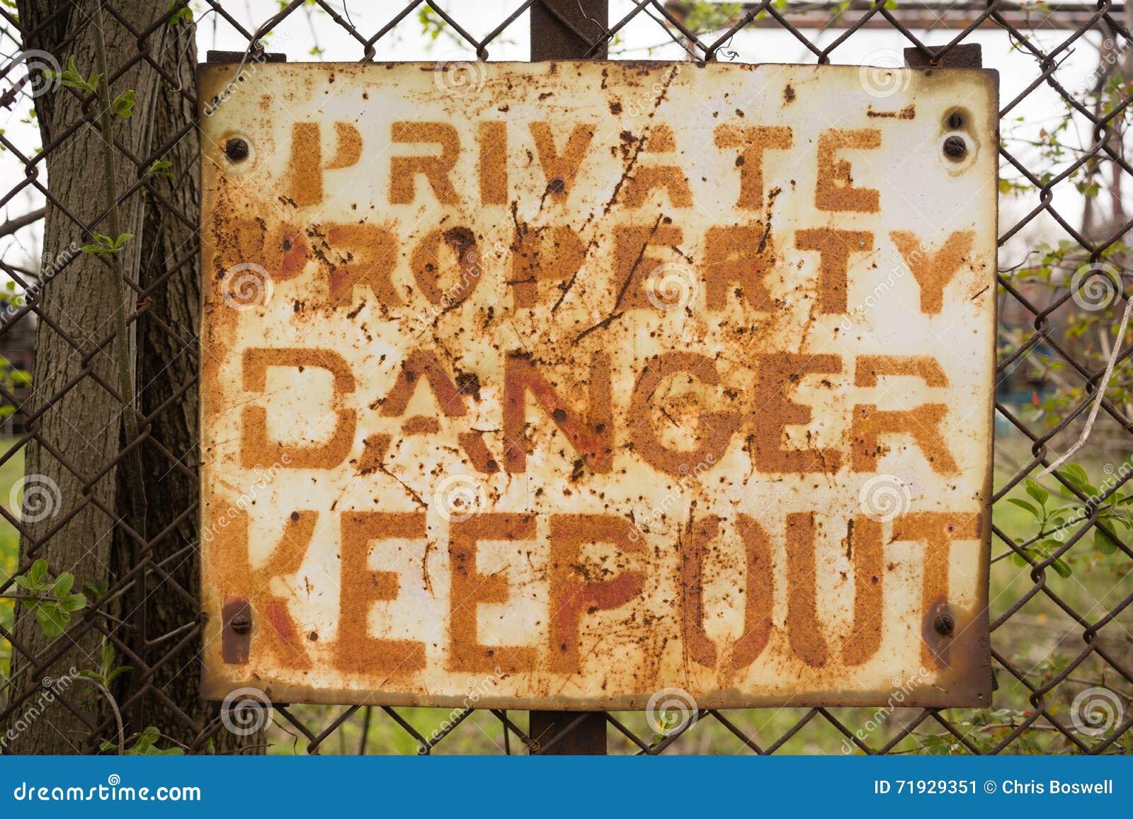 Опасность частной собственности держит вне знак заржавела загородка