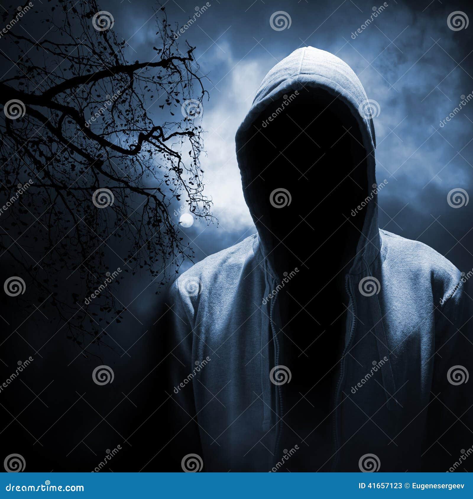 Опасный человек пряча под клобуком