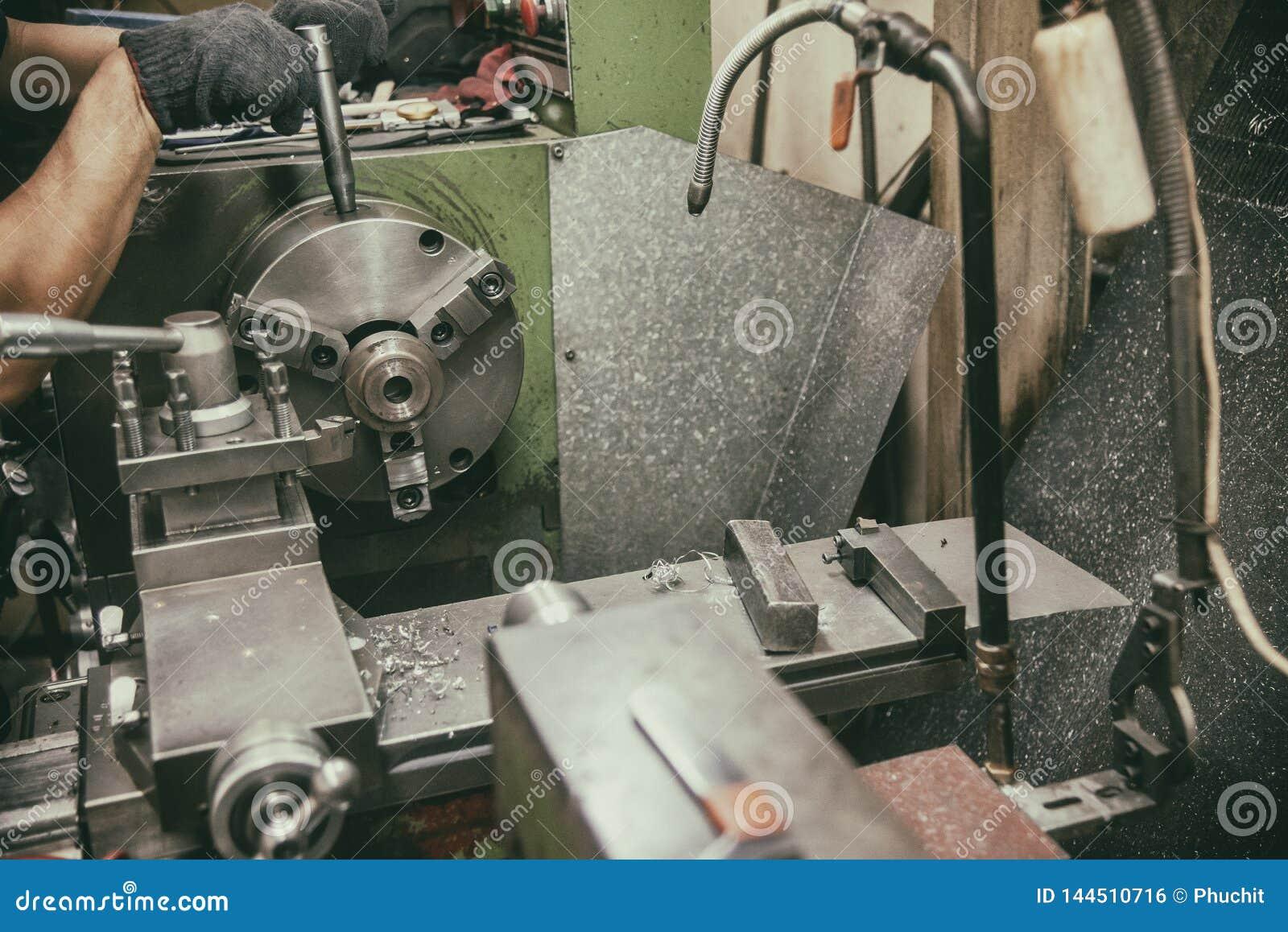 Оператор навыка работая с машиной токарного станка в винтажной сцене
