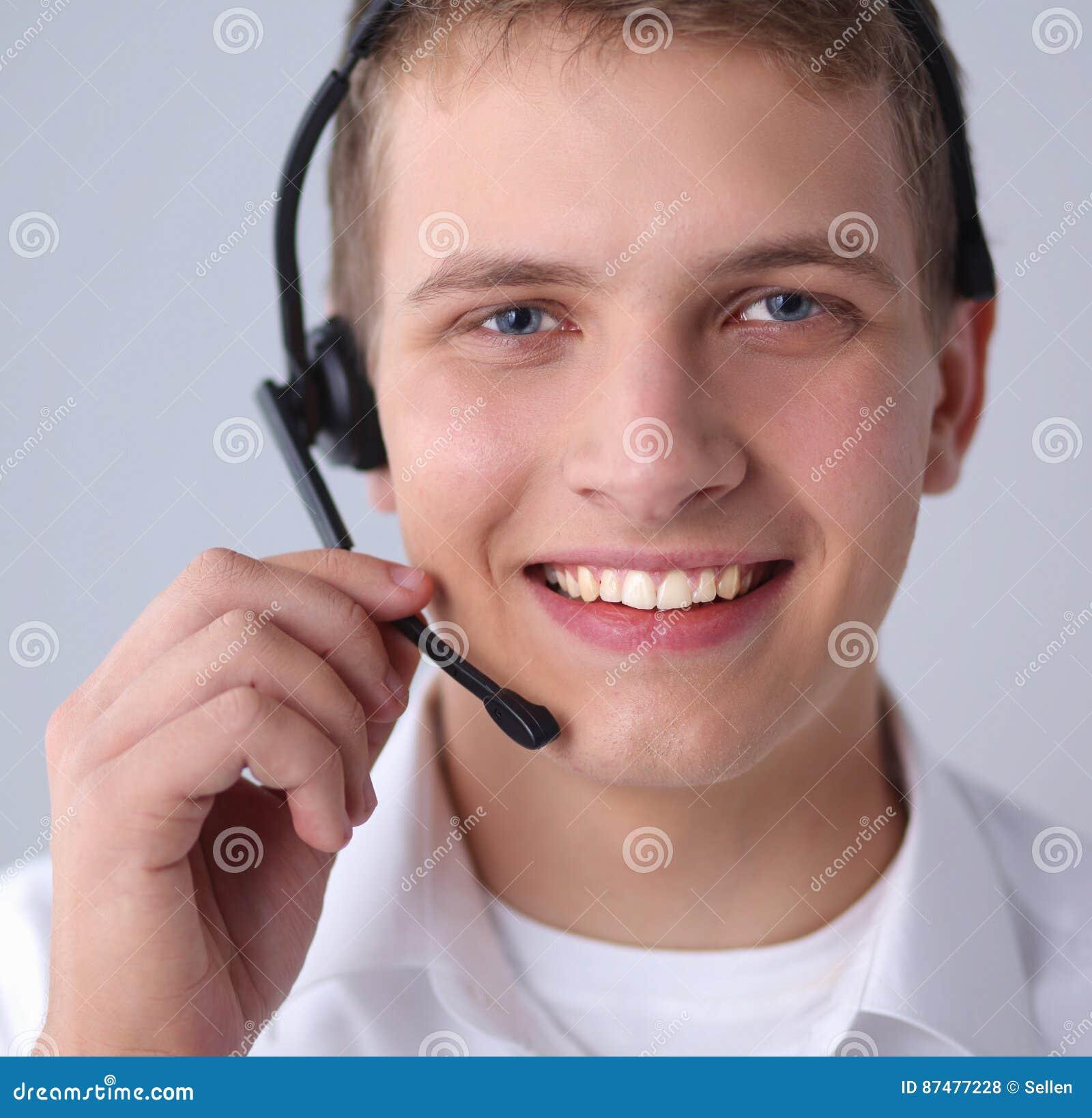 Оператор работы с клиентом при шлемофон изолированный на белой предпосылке